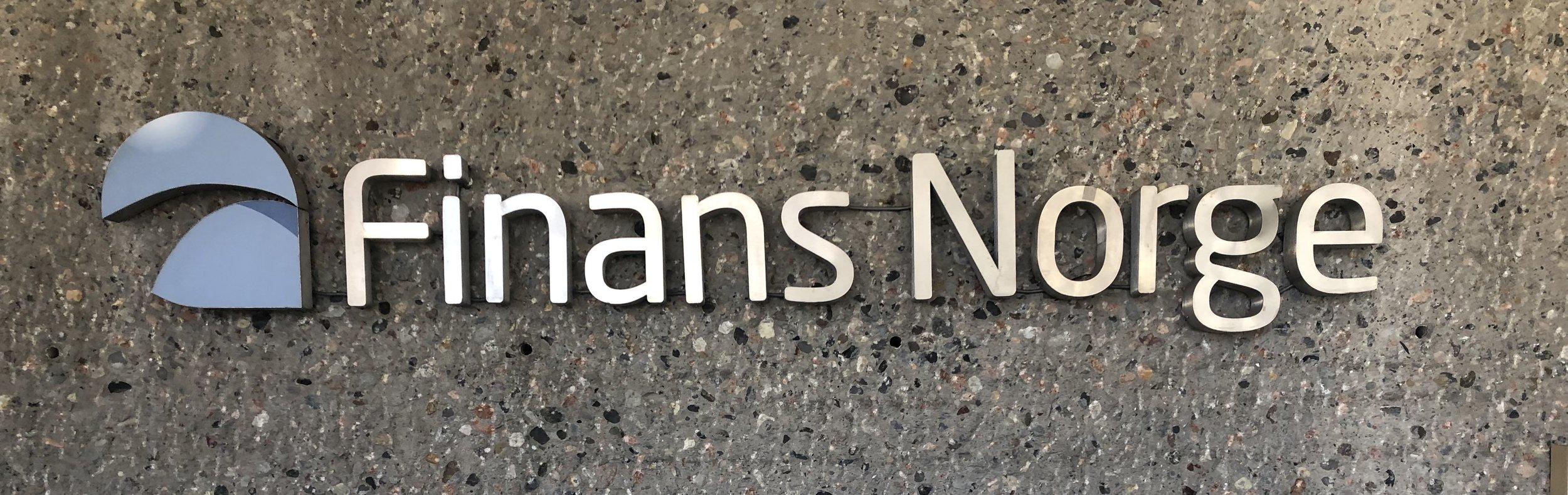 Finans Norge-logoen på veggen i inngangspartiet.