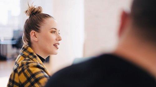 Vi har snakket med Gjensidige sin HR-sjef, Siri Conradi, om hva de ser etter når de skal ansatte og fått noen tips til de som skal søke jobb! Link i bio for å lese mer! 🎓👓