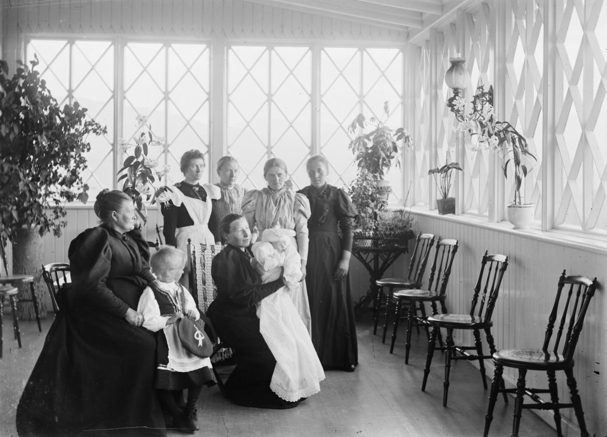 Dåp på Hjerkinn Fjellstue. Moren Stine Hjerkinn med dåpsbarnet Tora. Tora ble mor til Anne Margrethe Hjerkind Ekre, som i dag driver Fjellstua sammen med sine barn Martin og Anne Stine.