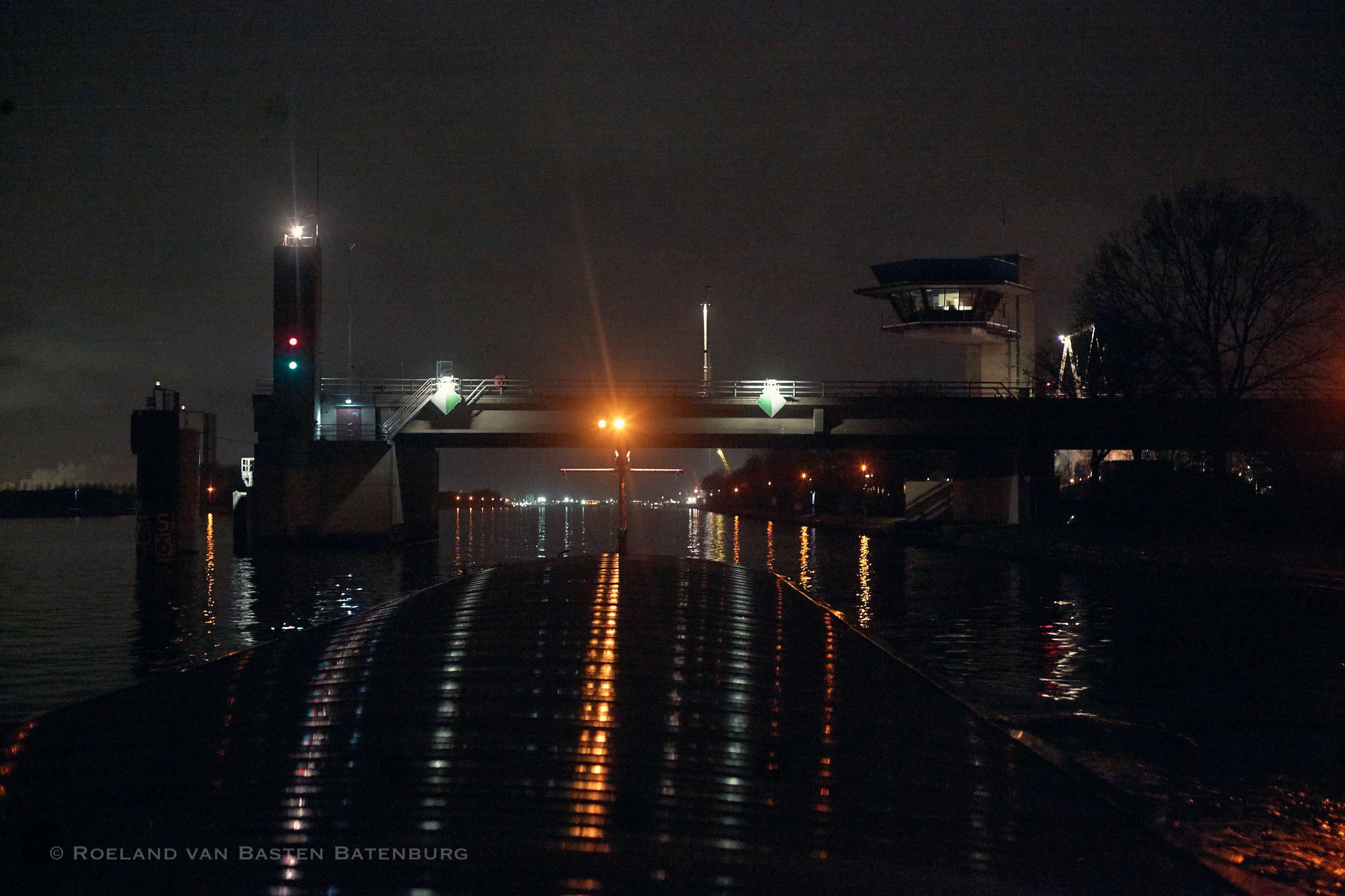 De oostelijke doorvaart van de brug van Sluiskil.