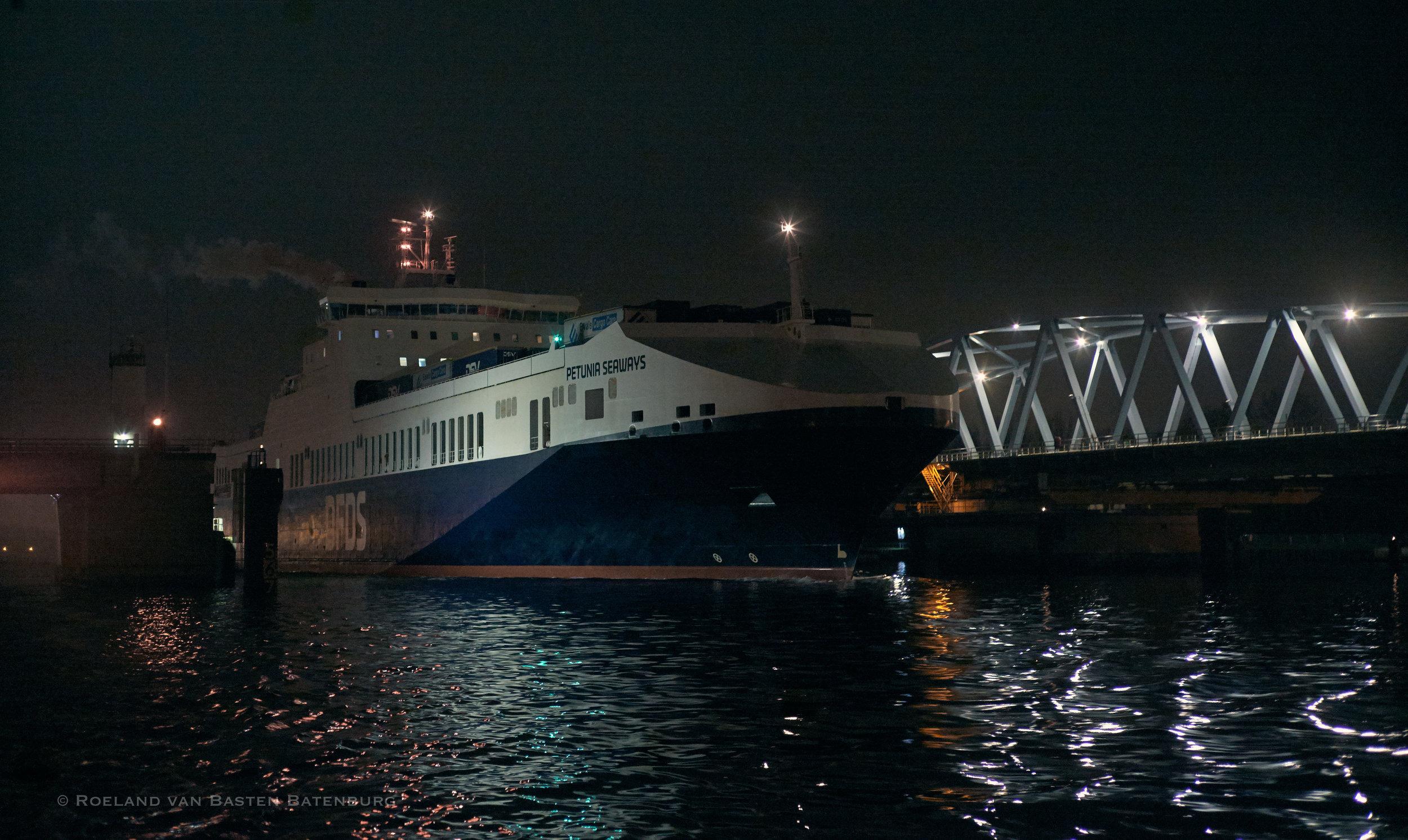 Een zeeschip dat ons oploopt vaart door de brug van Sluiskil. Uiteindelijk zal het ons op een paar meter afstand passeren, hoewel we zelf op zo'n 15 meter uit de oever varen.