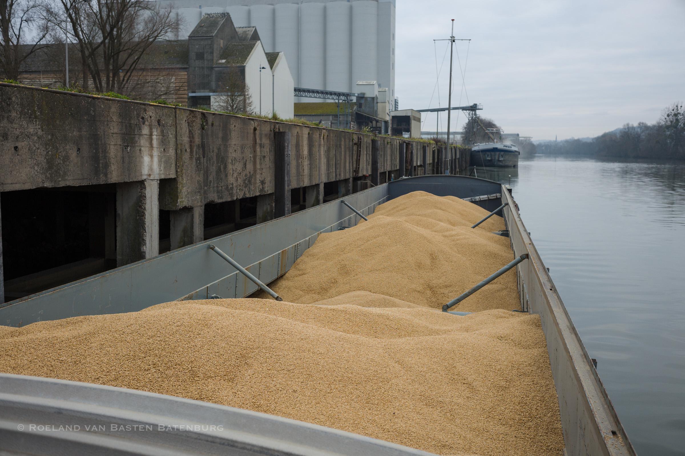 Geladen in Pont-Sainte-Maxence, 255 ton Brouwgerst. Meer kunnen we niet meenemen want de maximale diepgang voor onze bestemming in Helmond is 1.90 m en met deze tonnage liggen we gemiddeld 1.86 m. Een schip laad nooit helemaal recht, ons diepste punt is 1.88 m .