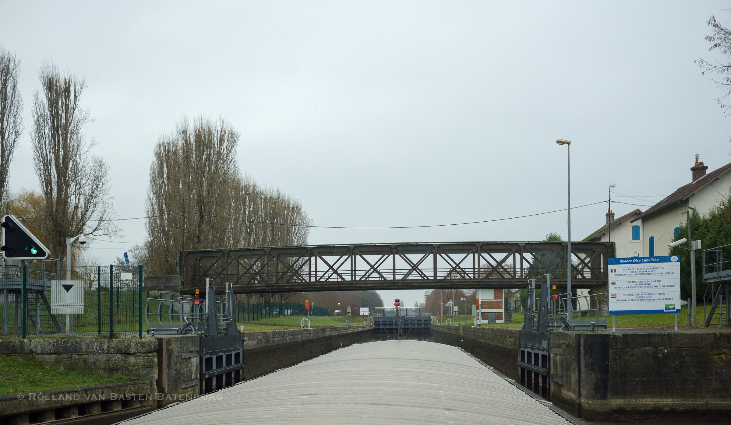 Sluis Venette in Compiègne. Er zijn twee sluiskolken, dit is de kleine sluis. Maximale diepgang is hier 2.20 m, voor ons deze keer geen probleem.