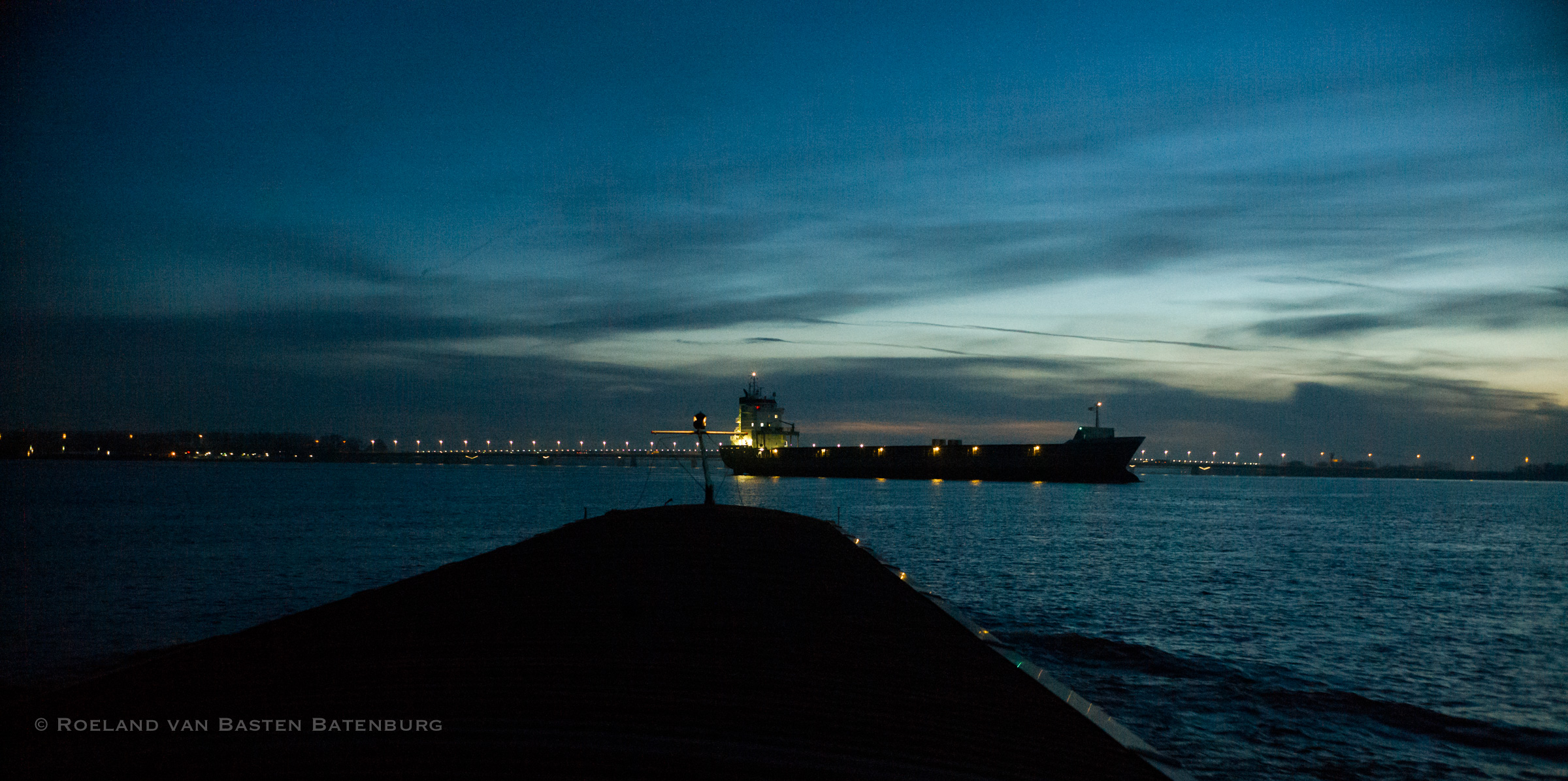 Een zeeschip steekt voor ons over van de Dordse Kil richting Moerdijk. Via de marifoon hebben we afgesproken dat hij voor ons langs kan varen.