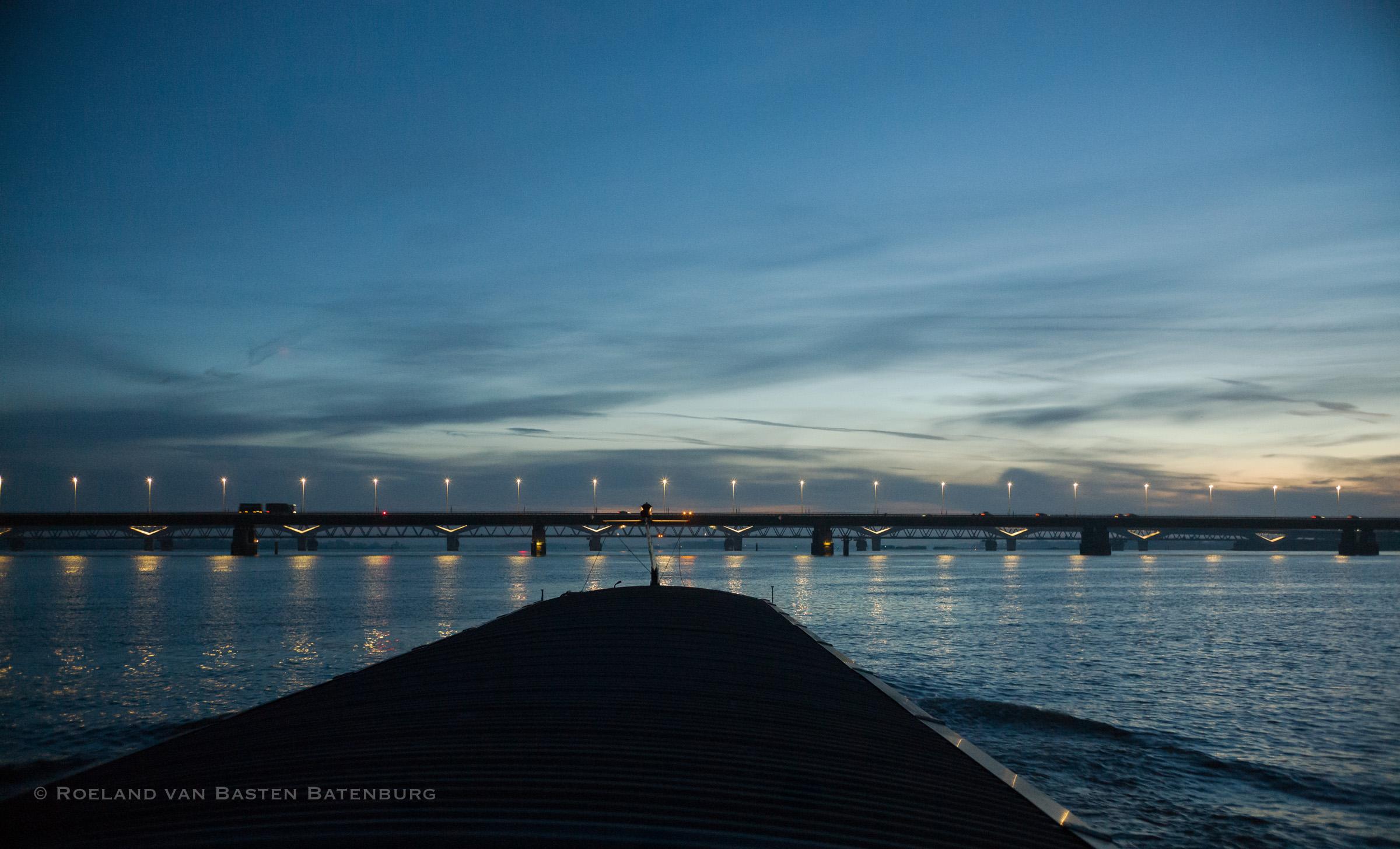 De moerdijk bruggen. We varen op de onderdoorvaart opening af, herkenbaar aan de dubbele gele lichten.