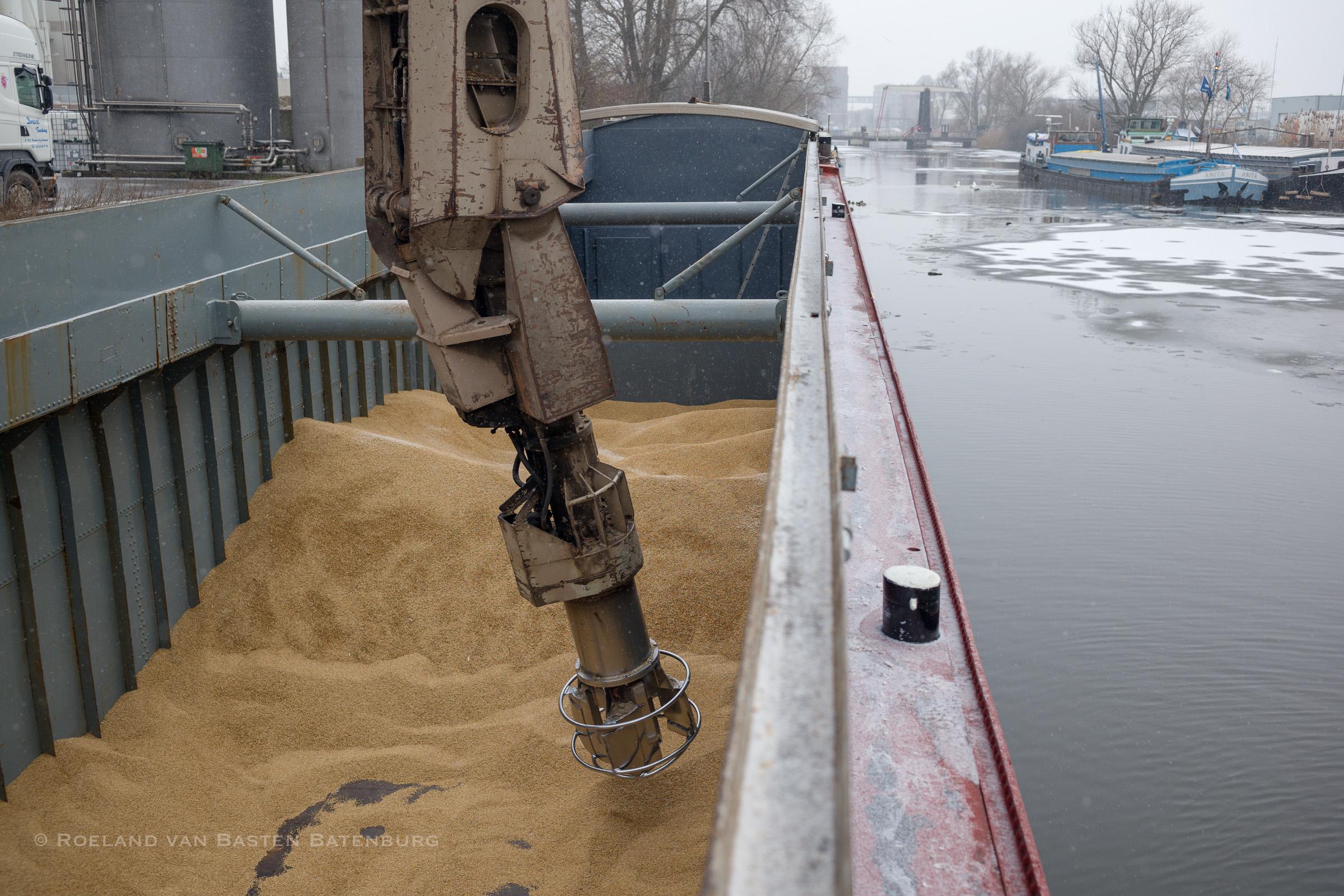 Lossen in Helmond. Op de achtergrond het bruggetje waar we achteruit doorheen zijn gevaren. Al het ijs dat je op de foto ziet ie door ons gebroken. Het is intussen gaan sneeuwen.