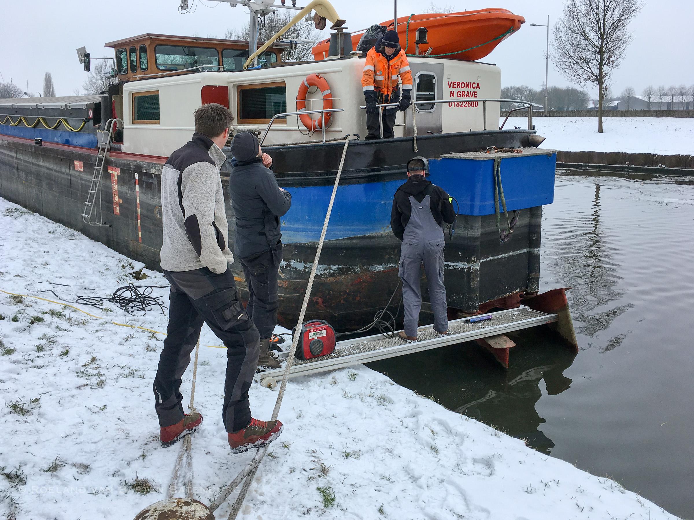 Het roer wordt tijdelijk gezekerd met een paar lassen en wat stalen strips, zodat we naar een werf kunnen varen