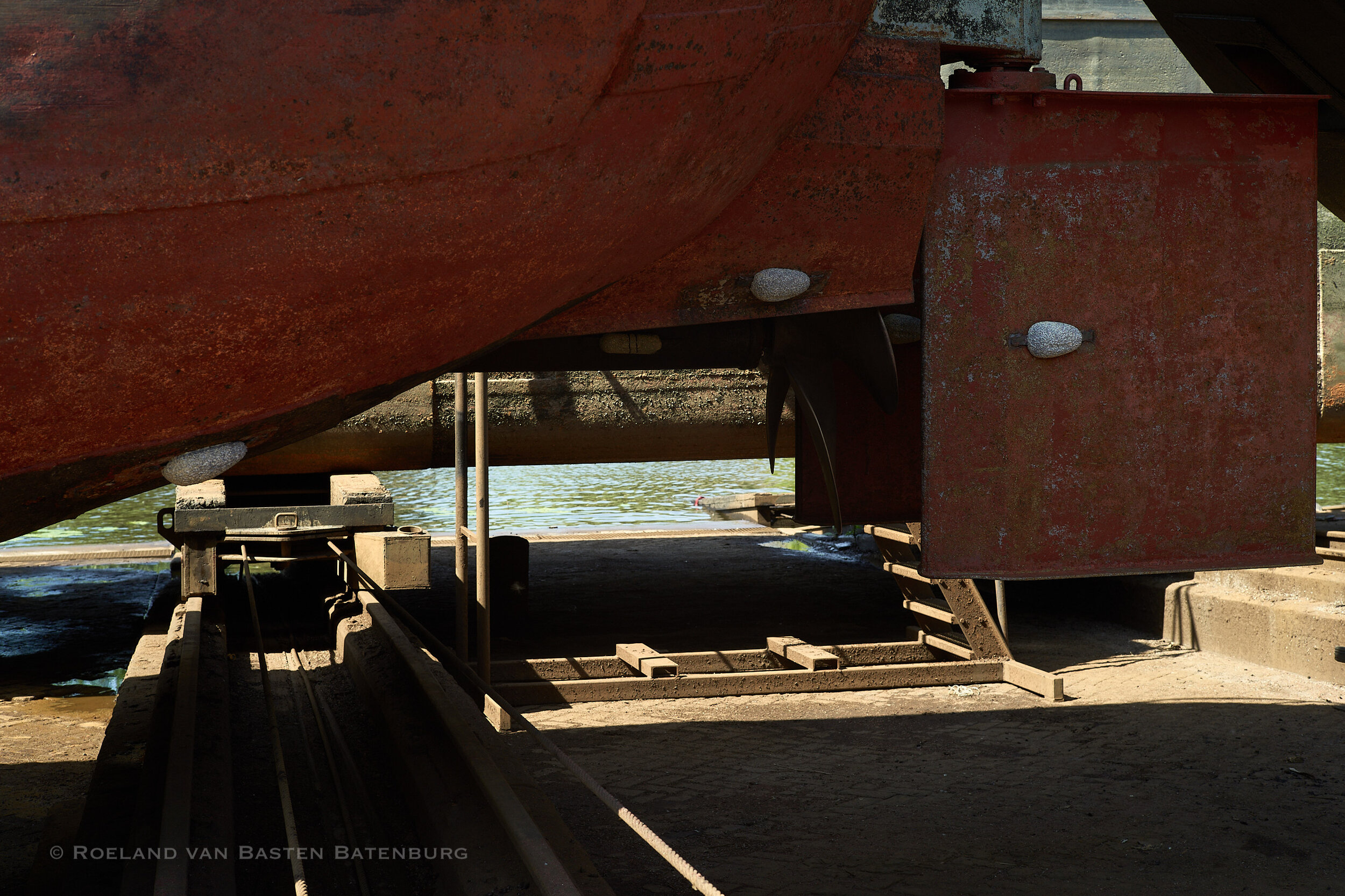 De roeren en het achterschip. Het hele onderwaterschip is tot aan het dek met de hogedruk spuit schoongemaakt, alle oude verf- en teer resten zijn weg