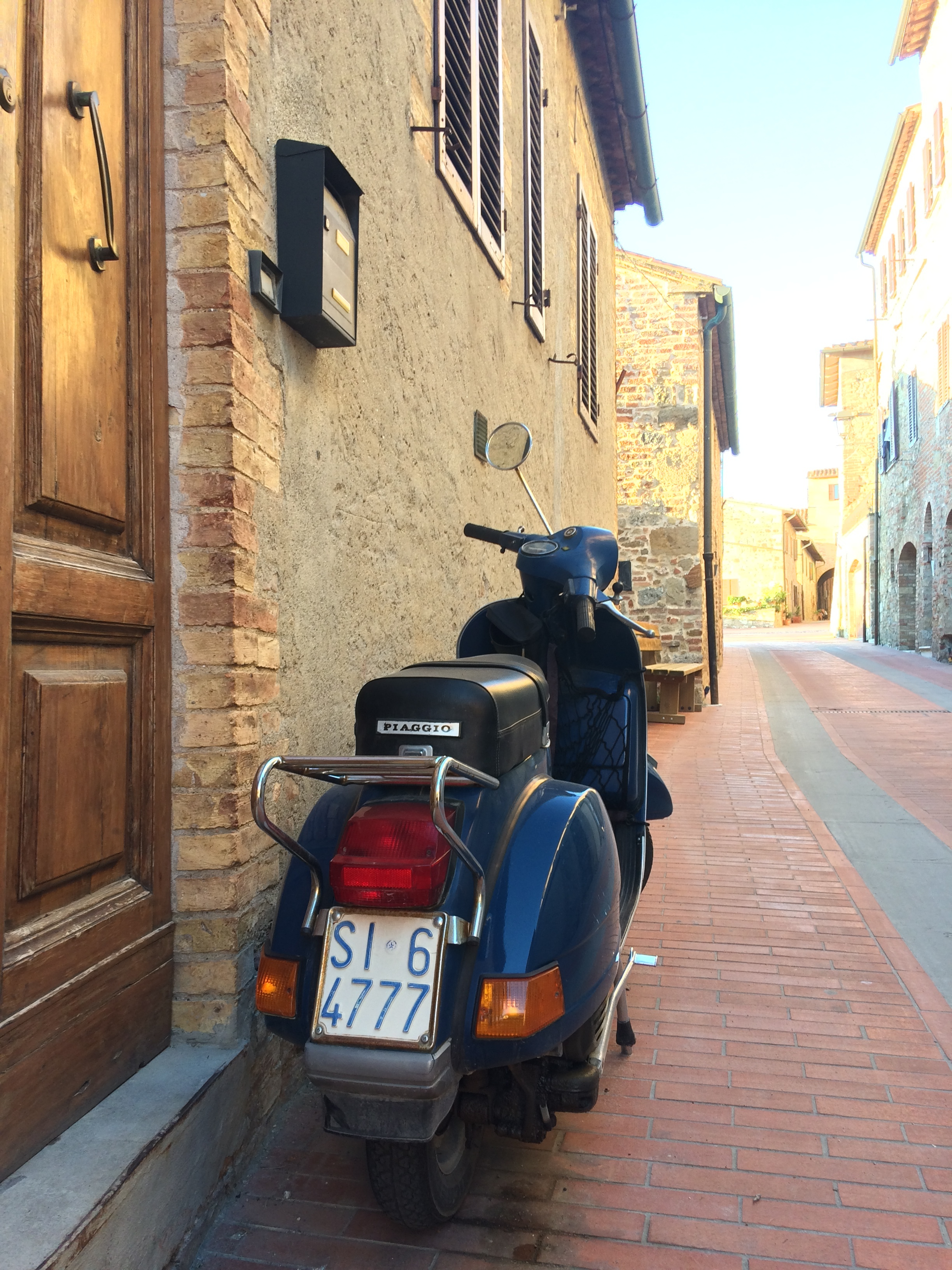 Tidy Vespa P-Range spotted in Casole D'Elsa, Tuscany (note Siena plate) - photo by Paul Hart, October 2018