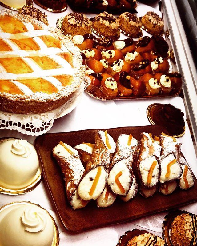 #pasticceria #coffeeinedinburgh #cakes #dalryroad #cannolo #pastiera #pastieranapoletana #baba #pasticcerianapoletana #fiocchiedinburgh