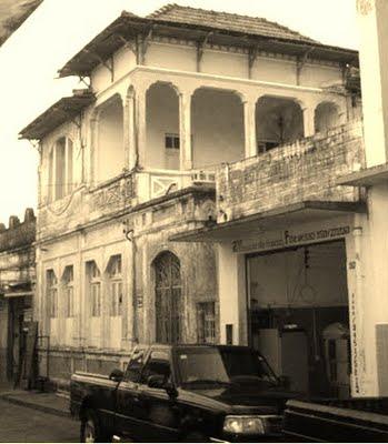 Imagens disponíveis no blog Vento Nordeste ( https://papjerimum.blogspot.com/2011/09/consulado-o-primeiro-bar-museu-marcas.html  )