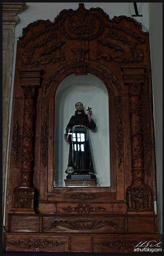 Altar Lateral com São Francisco de Assis entronizado.