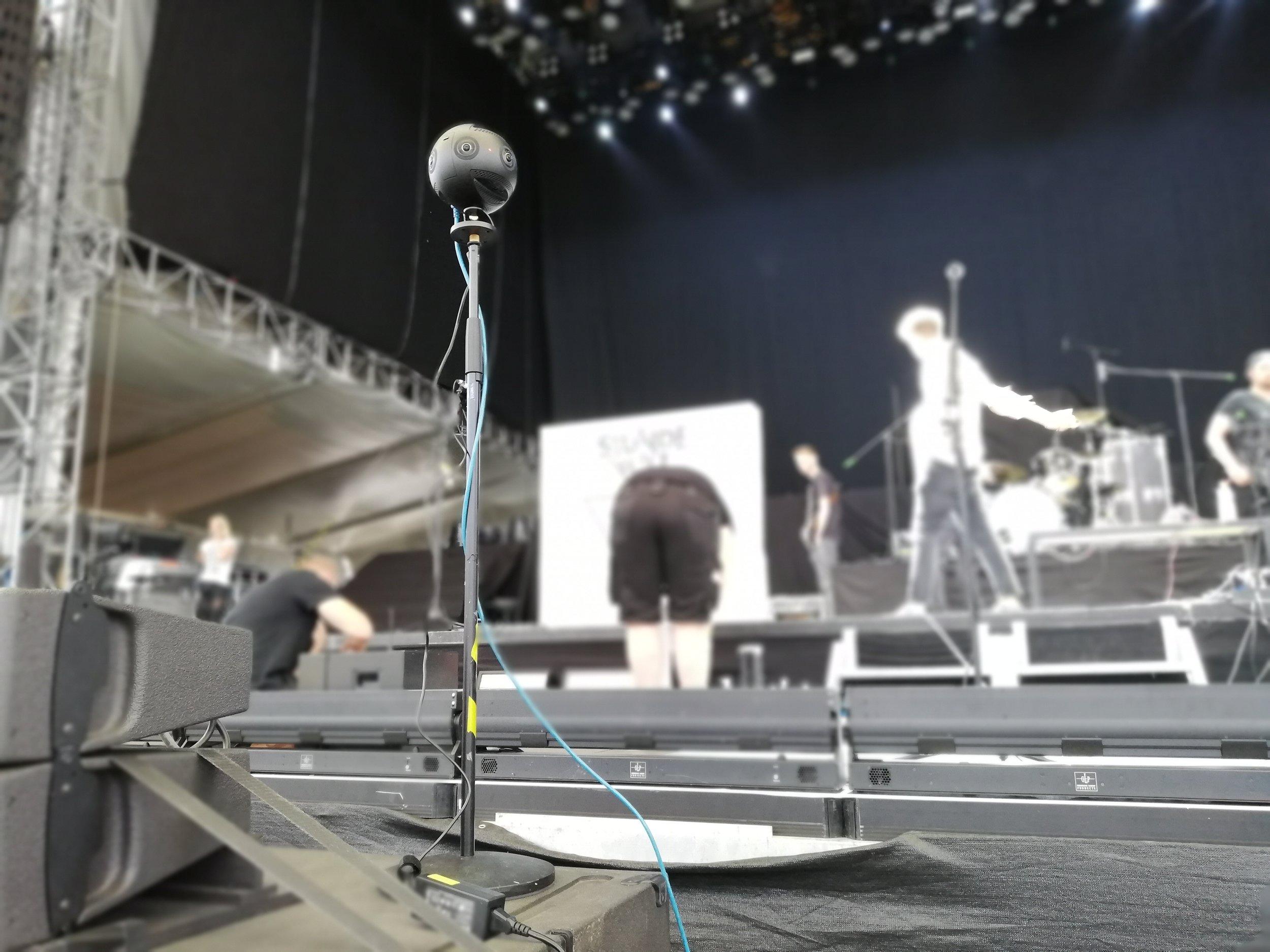 360° Kamera Insta360 Pro2 auf einem Konzert direkt an der Bühne.