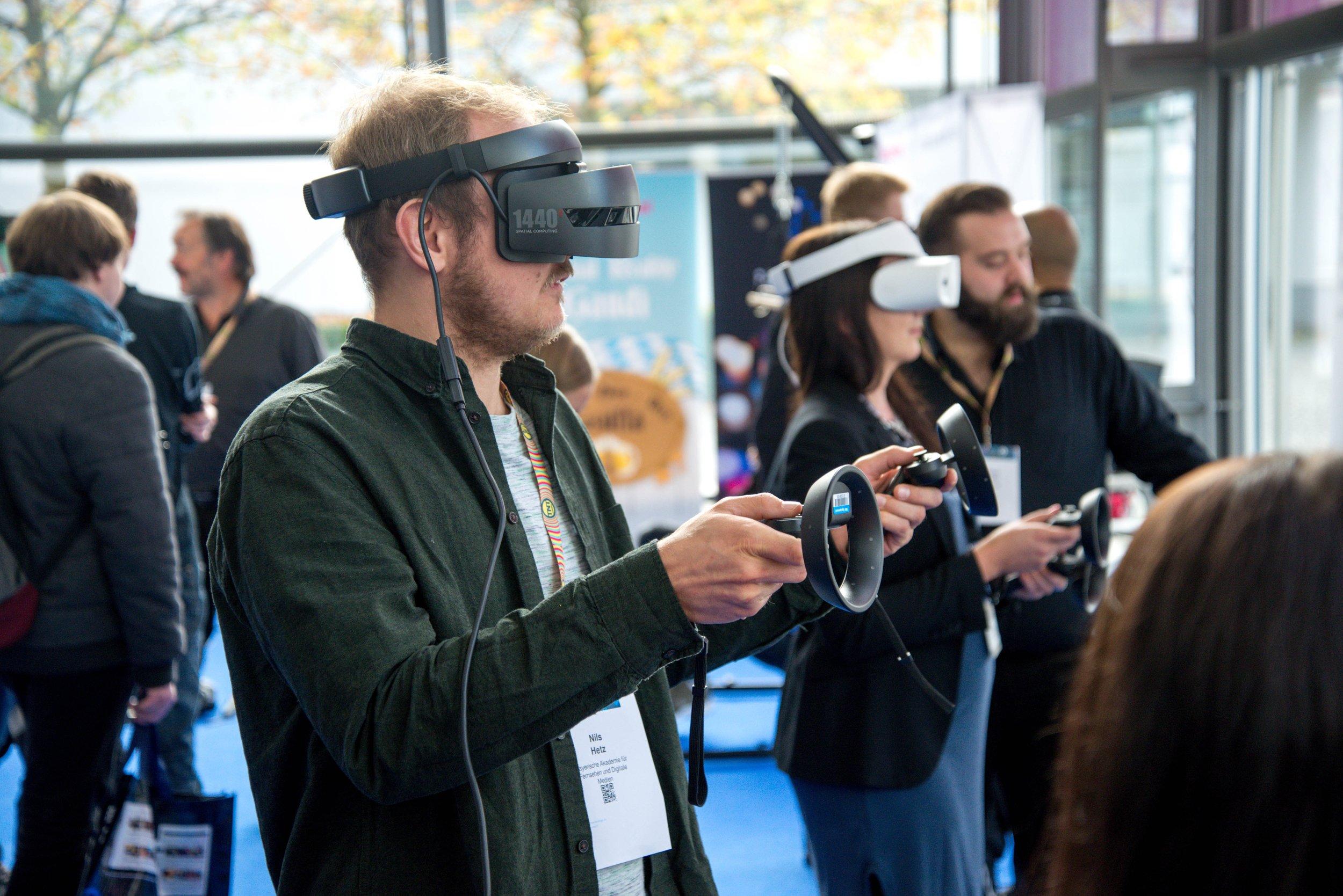 VR-Headset auf einer Messe in Aktion.