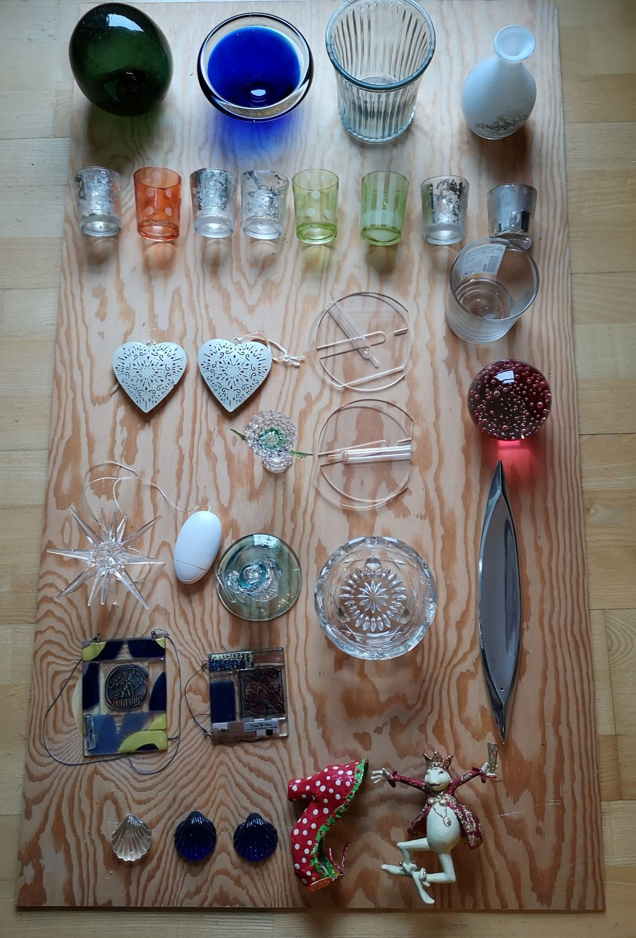 Noe av resultatet av min mors deltakelse i ryddeutfordringen. Her en plate med glassting, dekorativt, ikke sant?  Foto: Trude Haug