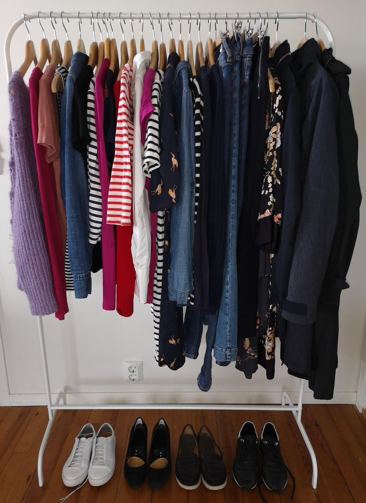 Min minimalistiske garderobe: tre ytterplagg, fire par sko og 25 klesplagg, 32 i alt. Det dekker behovet for den kommende sesongen.