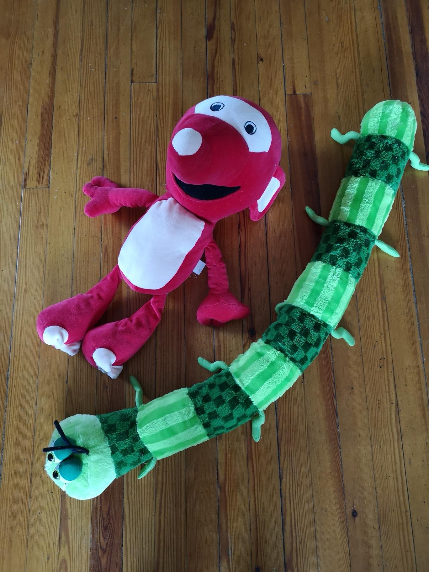 Løsningen på for mange leker: bytt ut lekene jevnlig. Toåringen min har disse to kosedyrene å leke med akkurat nå.
