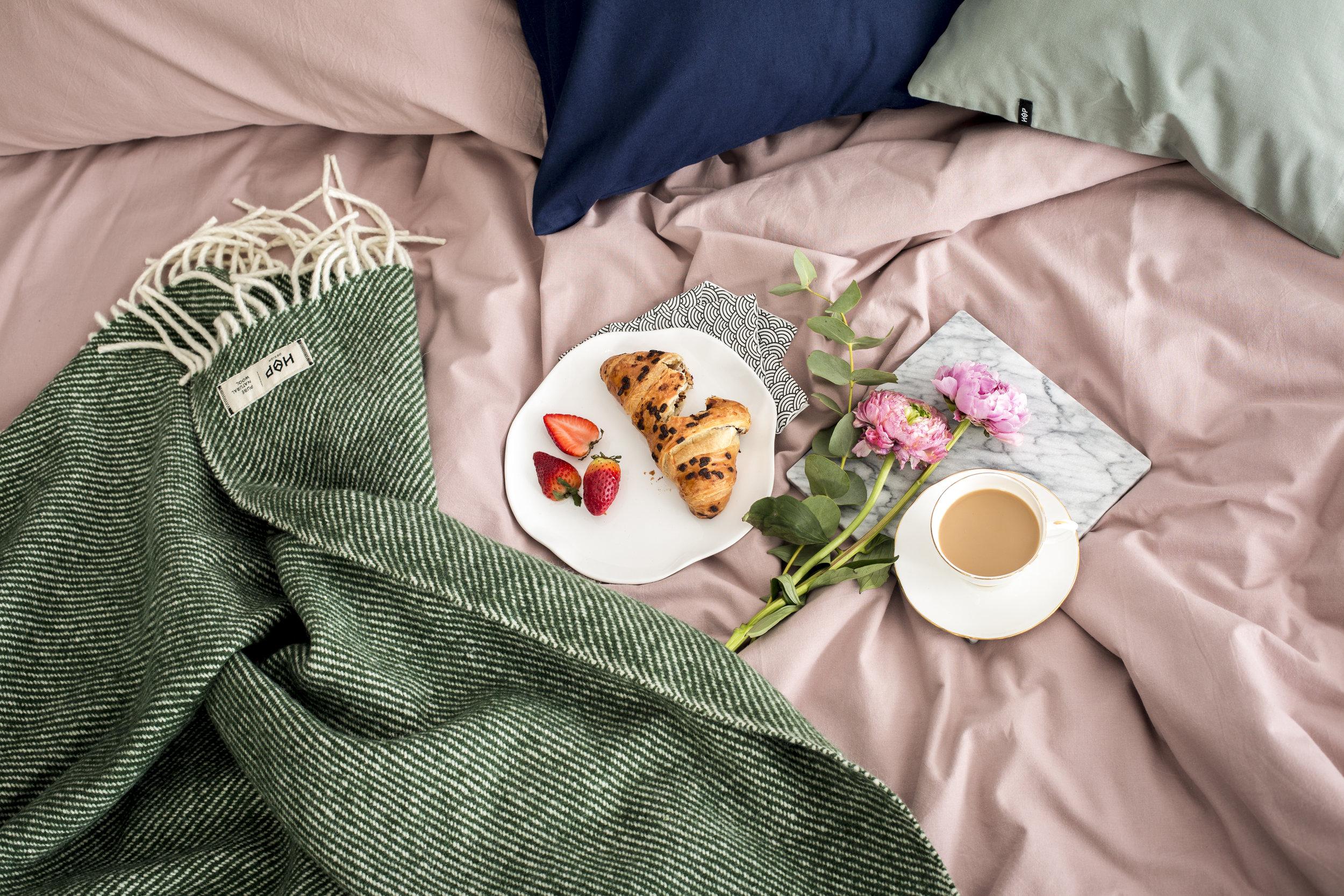 Feriefrokost hjemme: Det er viktig å unne seg noe godt og spise andre ting enn det du spiser til hverdags i hjemmeferien - det skaper feriefølelse.