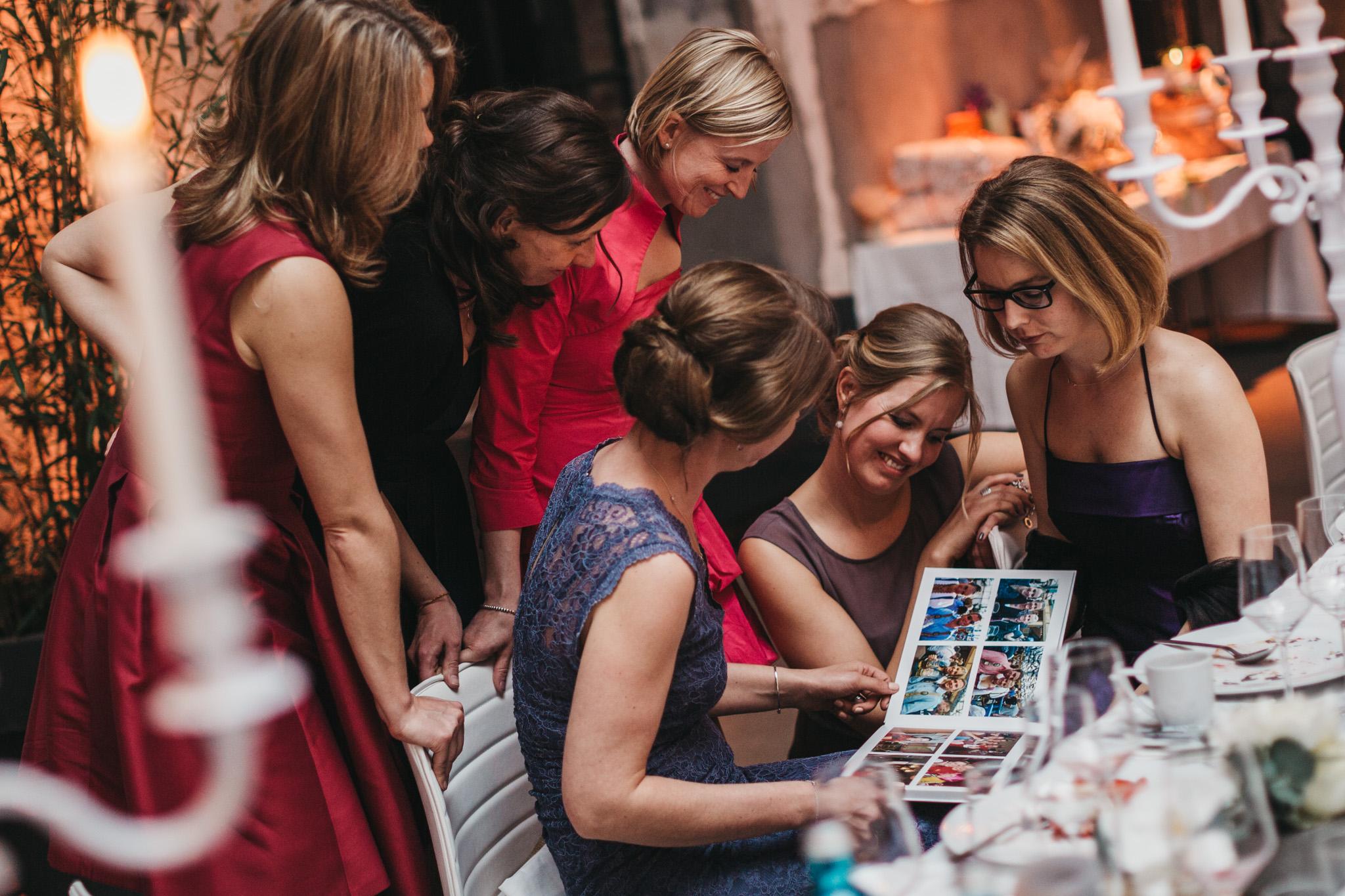 - Über die Web-Galerie hinaus designen wir Euch auch sehr gerne auf Wunsch ein hochwertiges Hochzeitsfotobuch in gebundener Ausgabe - Maße, Einband, Papiersorte, etc. stimmen wir nach Euren Wünschen individuell mit Euch ab.