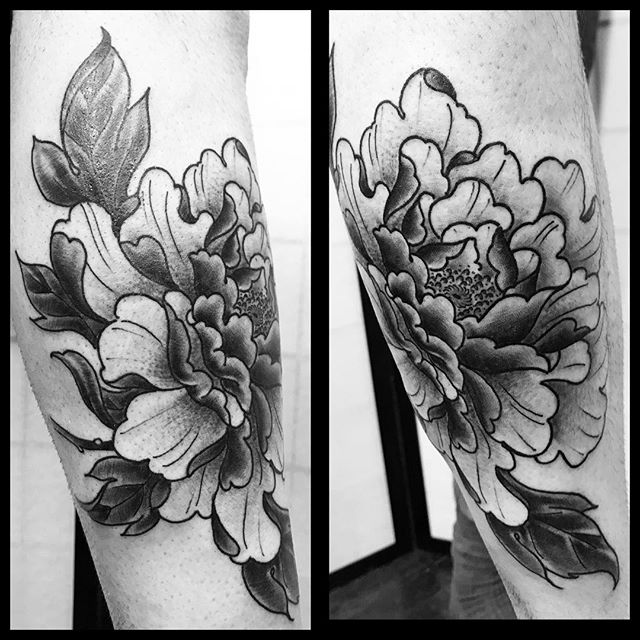 Black and grey peony for Clark. One of my last at Forever Yours.  It's been a good couple of years, and I have y'all to thank. I'm forever grateful. 🙏  Now to pack it up to go full throttle in Dallas.