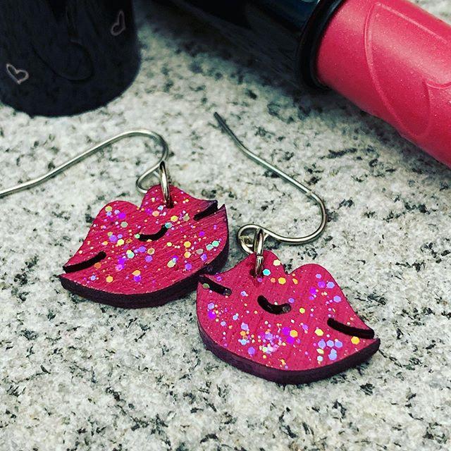 No lipstick needed! 💋#kiss #earrings #studioexclusive #newdesigns #lasercutart #glittergloss #smooches💋