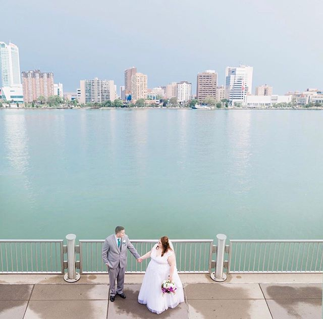Rain, rain, go away. Although you have made for some pretty cool pics this season. Swipe to see the rainy day sneaks from T+A's riverfront wedding! ♥ ♥ ♥ Photo @onceuponamemoryphoto
