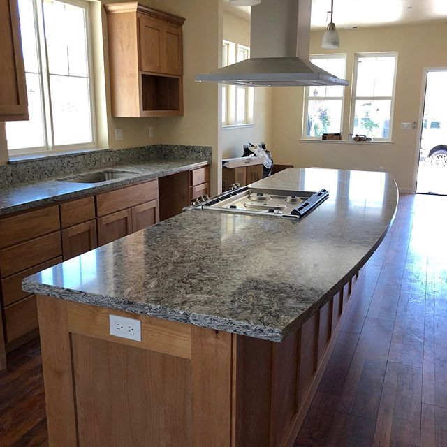Quartz counters from @cambriasurfaces • Flat eased edge #quartz#kitchendesign#kitchenisland#island#countertops#murphysca#sonoraca#tuolumnecounty#shoplocal#sierrastoneinc#stonefabrication