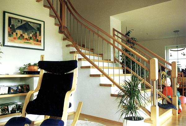 Stufen und Geländer auf Beton - Gerne belegen wir gerne Ihre Betontreppe mit Holzstufen. Das passende Geländer liefern wir natürlich gleich mit.