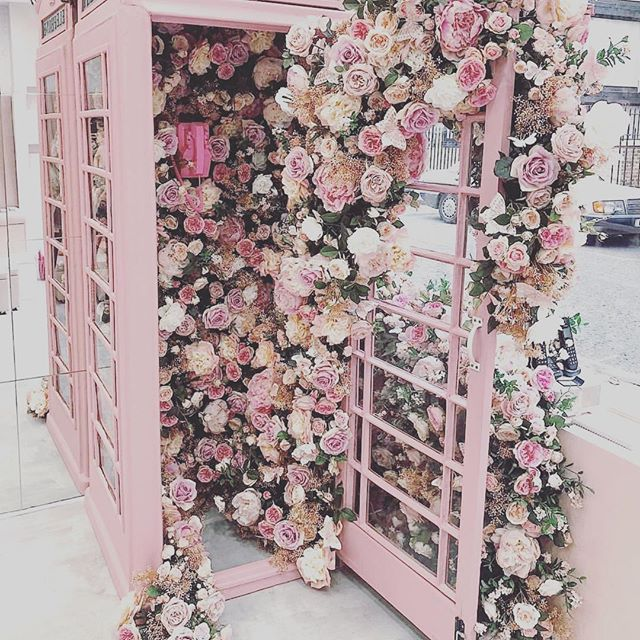 Wooow now that's a tad pretty, I could cope with that at the end of my street - couldn't you? Pretty things to make us smile, happy weekend. . . . #behappy #theprettythings #julienichollsweddingsandevents #flowerpower #prettyphonebox #prettyandpink #flowerslove #happiness