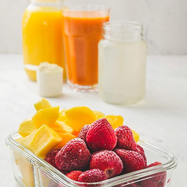 🍊🍓🥭🥕 Tropical Smoothie Meal Prep Recipe. Skip the drive-thru and have smoothies all week, with only 10 minutes work. 1️⃣Pour carrot and orange juice in ice cube trays. 2️⃣The next day, divide frozen mango, frozen strawberries and juice cubes into zipper bags or freezable food containers. 3️⃣ Each morning, grab a bag. Dump in blender. Add coconut water and vanilla plant-based protein powder. 🍹 Enjoy! #plantbasedrecipes #smoothiemealprep #mealprepsmoothies #veganmealprep #eeeeeats #under30minutes #veganbreakfast