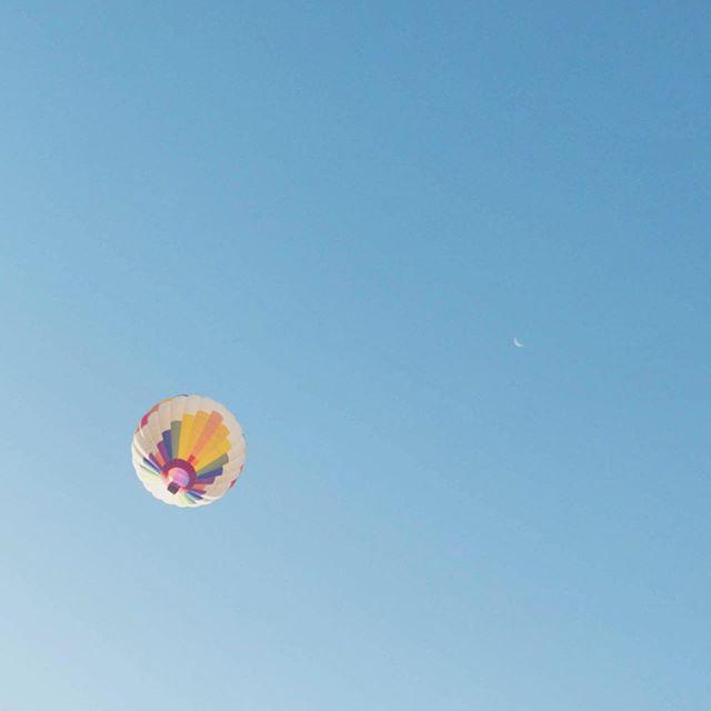 Making the moon look itty bitty this morning 🙃🎈#skylovers #hotairballoon #hotsummer #centralcoast