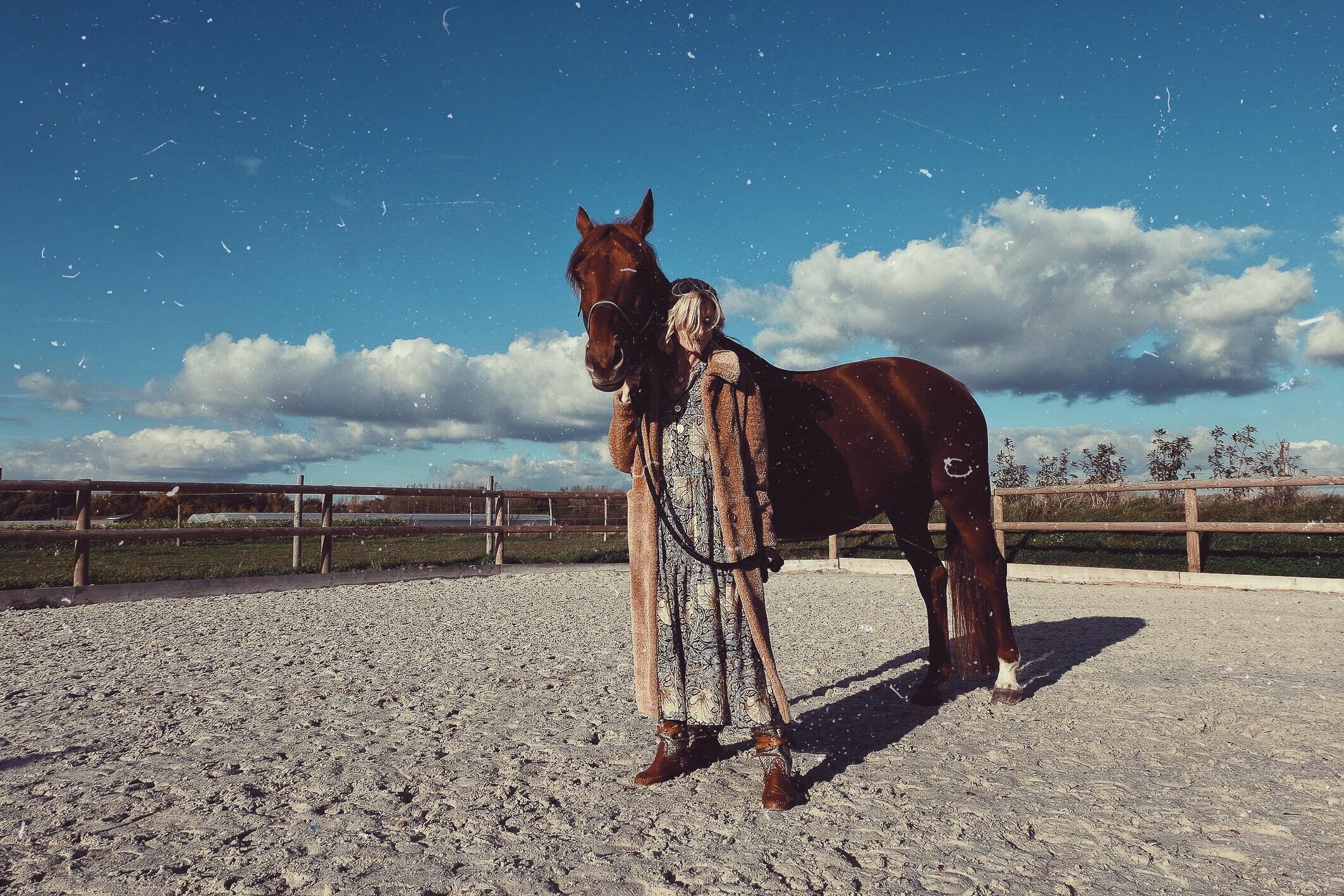Carnet Sauvage - Blog mode boho, outfit hiver robe bohème H&M et manteau long fluffy Edited