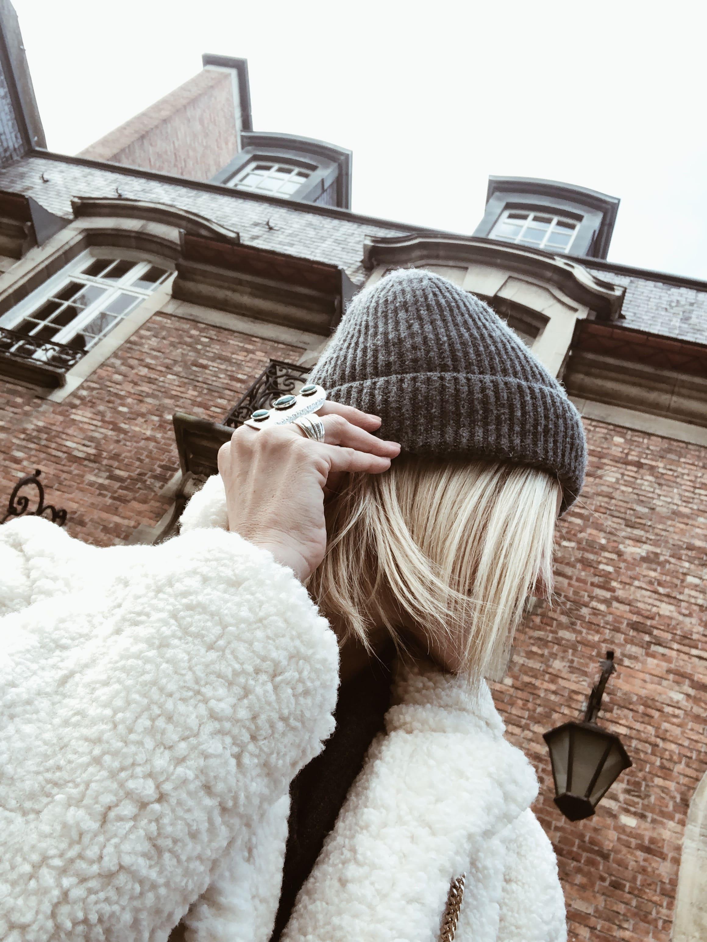 Carnet Sauvage - idée look hiver, robe en maille et manteau fluffy