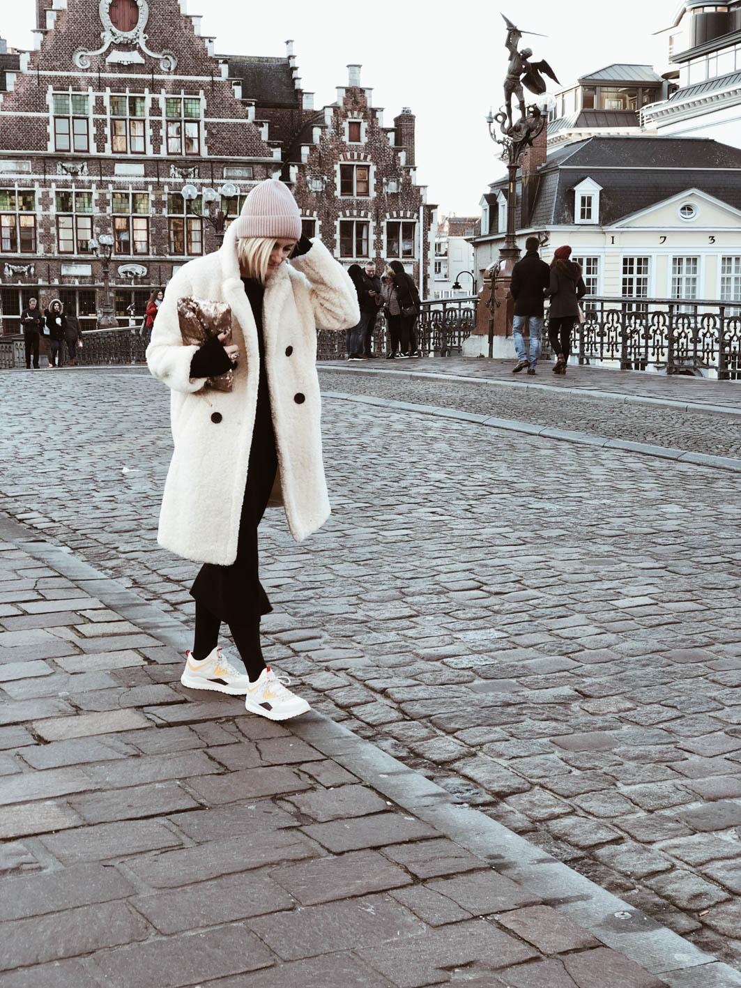 Carnet Sauvage - Blog mode et tendance, idée look hiver, robe en maille et manteau fluffy Mango