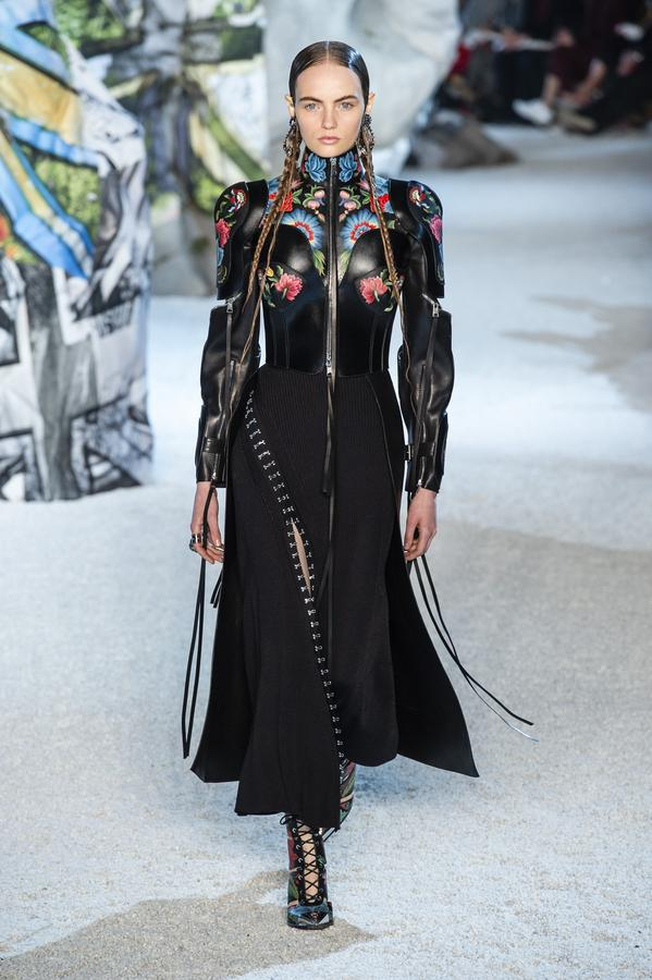 defile-alexander-mcqueen-printemps-ete-2019-paris-look-30.jpg