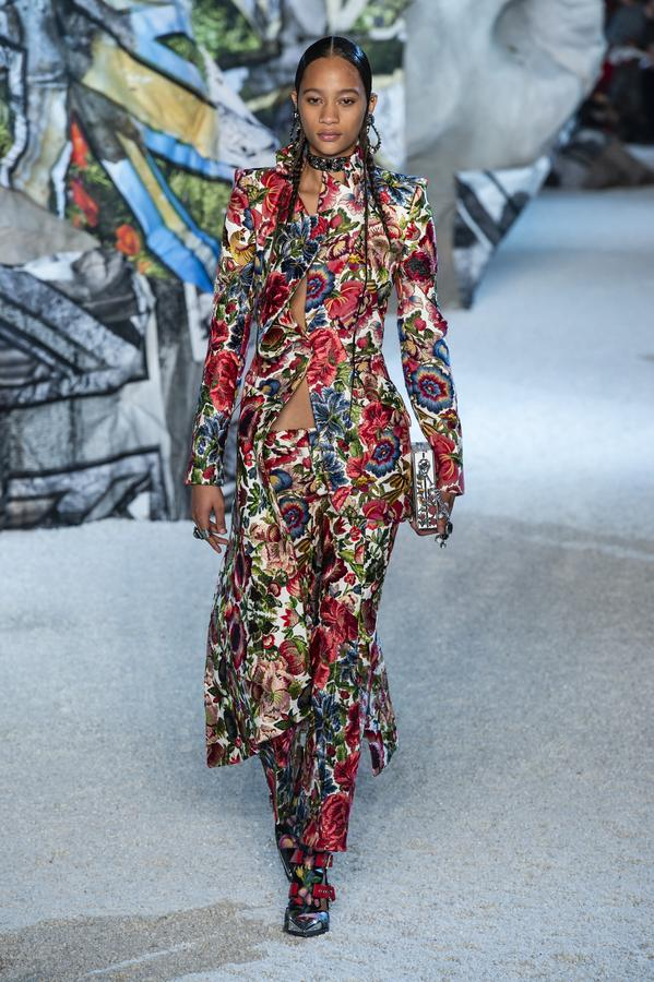 defile-alexander-mcqueen-printemps-ete-2019-paris-look-33.jpg