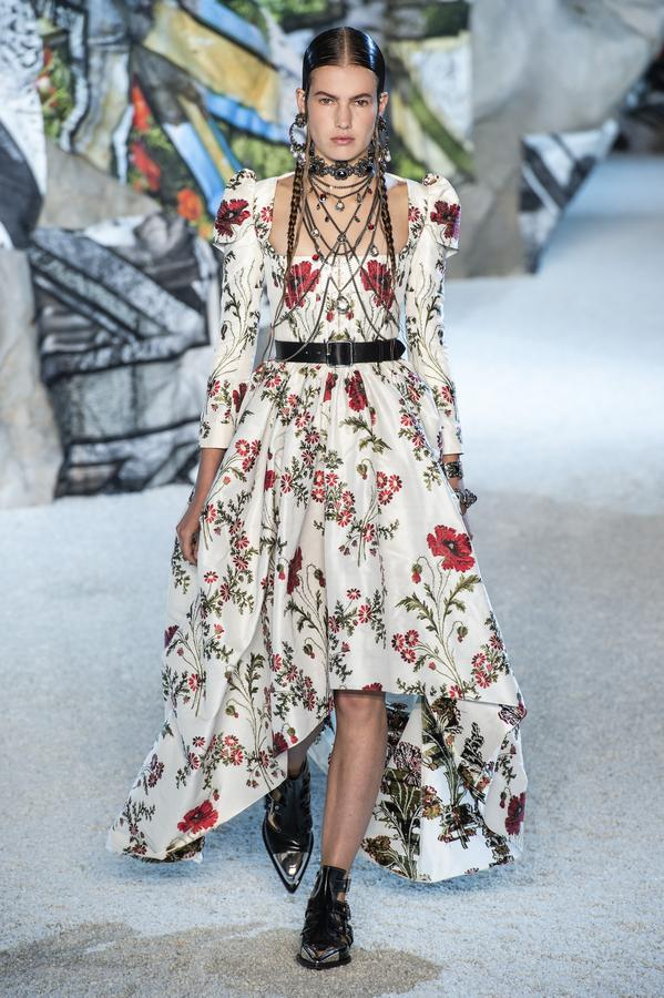defile-alexander-mcqueen-printemps-ete-2019-paris-look-42.jpg