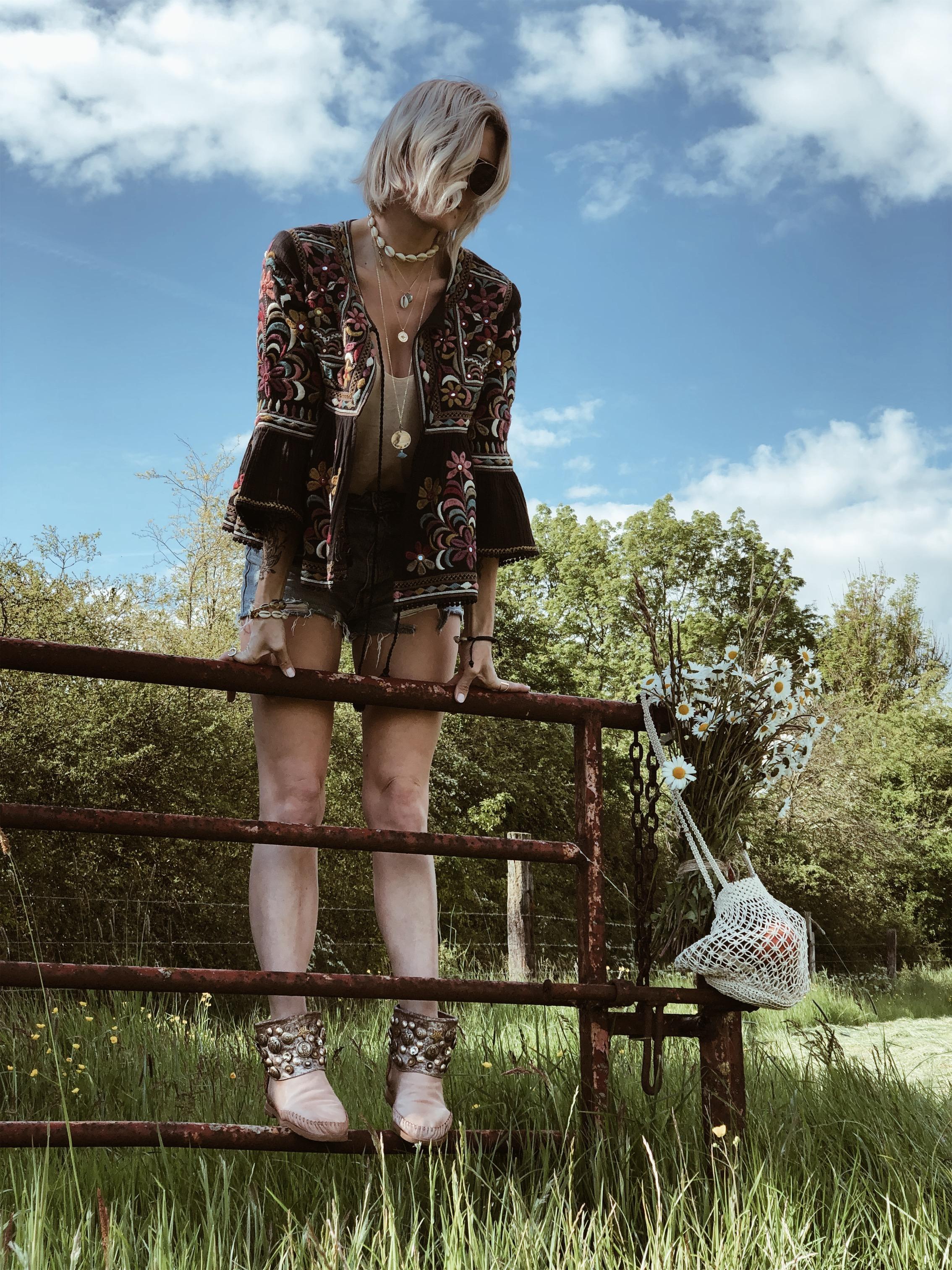 Carnet Sauvage - blog mode et tendances, direction artistique Lille, idée look bohème veste brodée Star mela