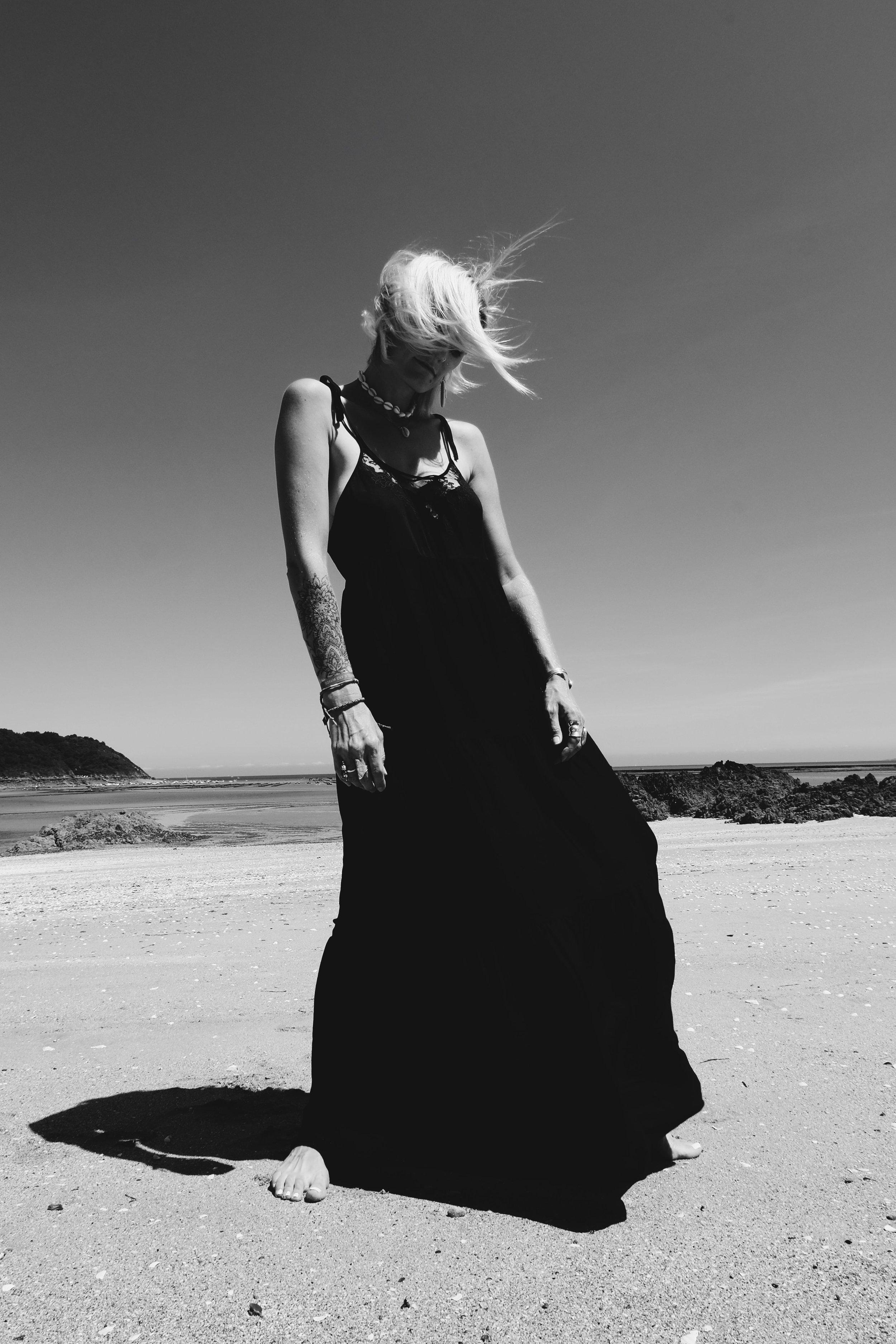 Carnet Sauvage - robe longue noire Stradivarius6-min.JPG