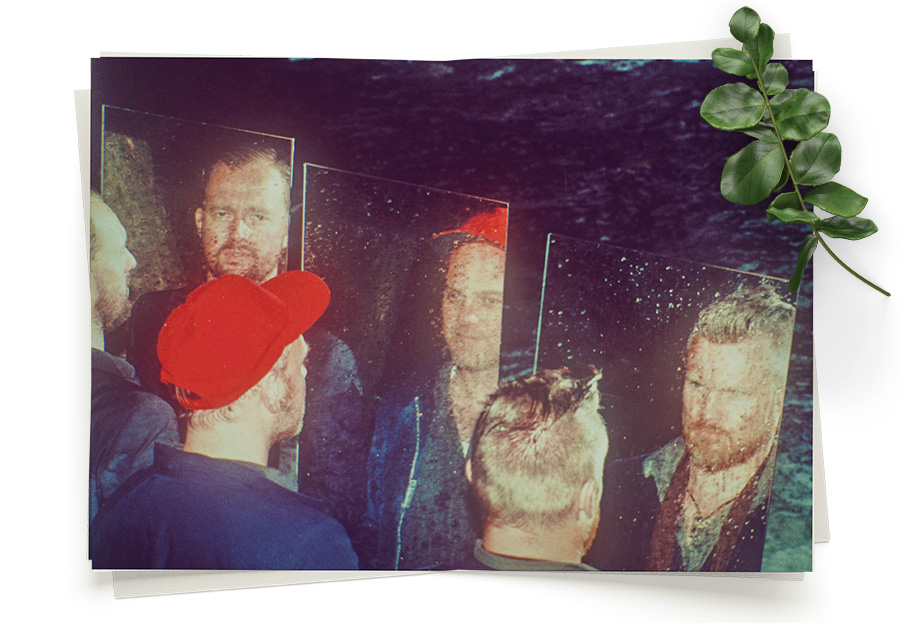 """Amgala Temple - Amgala Temple er lyden av tre musikalske stormakter slått sammen. Resultatet er overveldende –spontanitet og disiplin, improvisasjon og klarsyn –blandet sammen med ambisjon om å skape noe sublimt.Sammensetningen av Lars Horntveth, Amund Maarud og Gard Nilssen er en våt drøm for musikkjennere. På hver sin kant har de vært definerende i norsk musikkliv, som soloartister og bandledere i et uttall sammenhenger, det være seg Jaga Jazzist, Susanne Sundfør, Todd Terje, Morudes, Bushman's Revenge, A-ha eller Gard Nilssen's Acoustic Unity. Men Amgala Temple låter ikke som noen av de ovennevnte.Medlemmenes interesse for nye og gamle lyder og deres gjensidige respekt for hverandres talent var sentralt i å skape det musikalske rommet – et sted de kunne boltre seg fritt, med ekskursjoner i nye soniske landskaper der det som skjer, kan og bør skje.Debutalbumet ble spilt inn i Oslo Konserthus og Amper Tone Studios på få dager. Som en dokumentasjon av deres sound, har bandet unngått å tukle med innspillingene, og heller latt dem være, som en ærlig representasjon av deres soniske uttrykk. Forvent flere plater fra Amgala Temple via Pekula Records, en label hvis målsetning er å dokumentere dristig, eksperimentell og fantasifull musikk fra norge og universet.Dette er et av de mest spennende musikalske prosjektene som har dukket opp i Norge på lang tid, og vi gleder oss voldsomt til å følge bandets hurtige videre evolusjon i de kommende år.Deres nye plate """"Invisible Airships"""" ligger tilgjengelig der du hører musikk."""