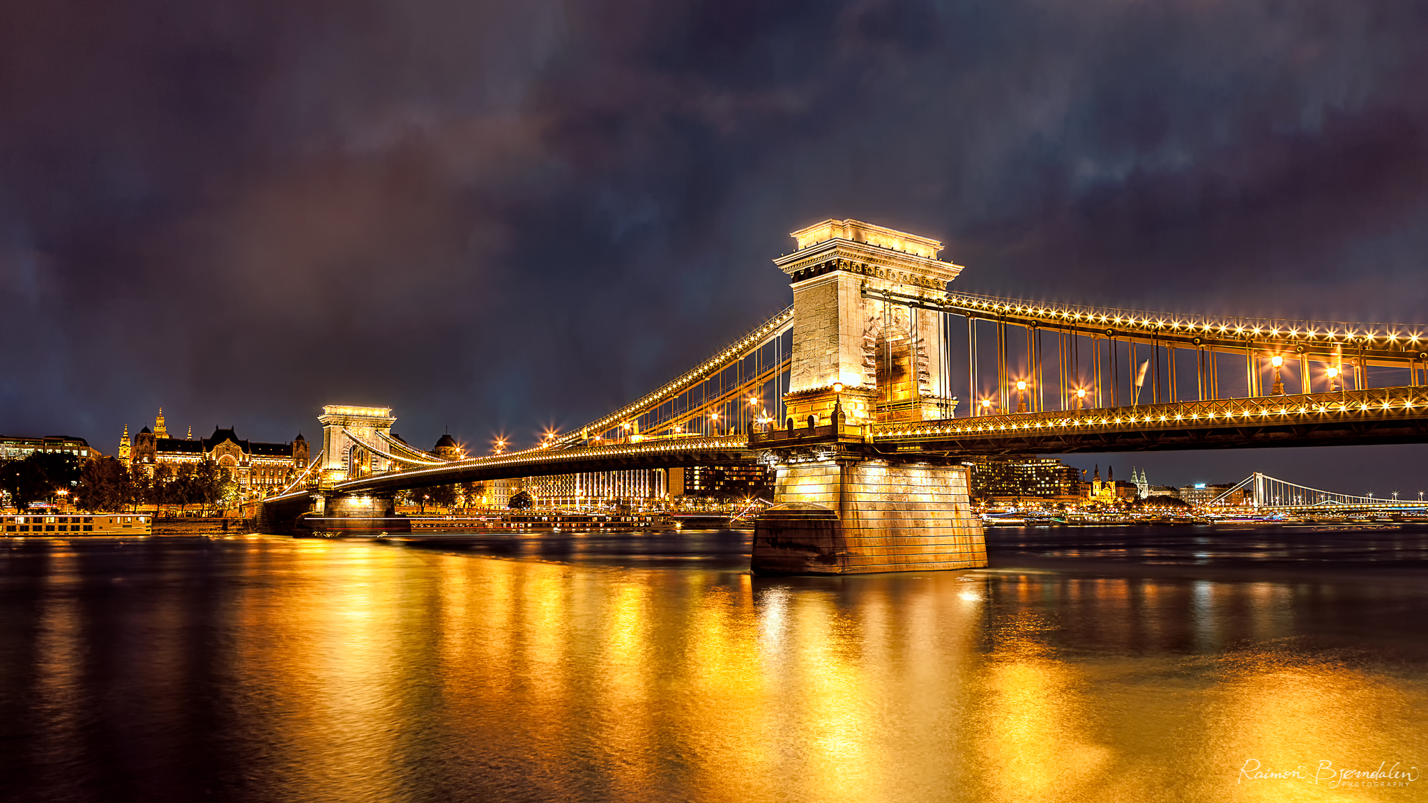The chain bridge running over the Donau river in Budapest, Hungary.