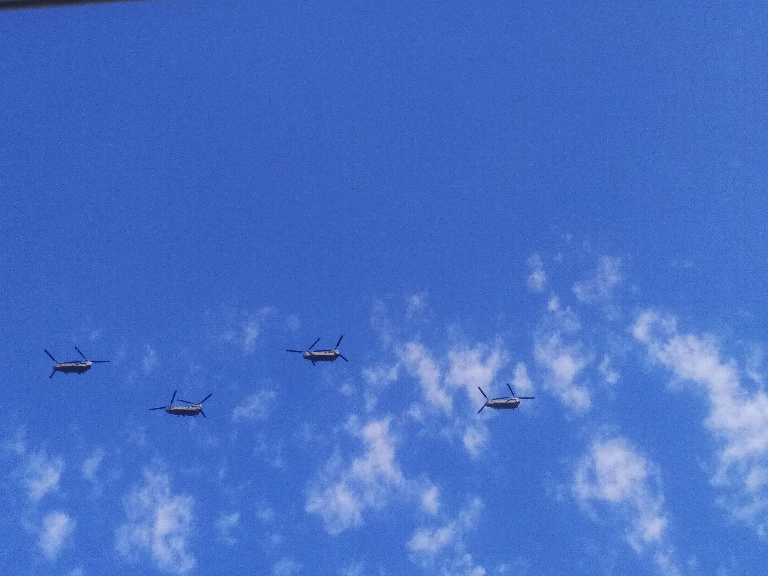 4 Chinook vole au-dessus de la Seine