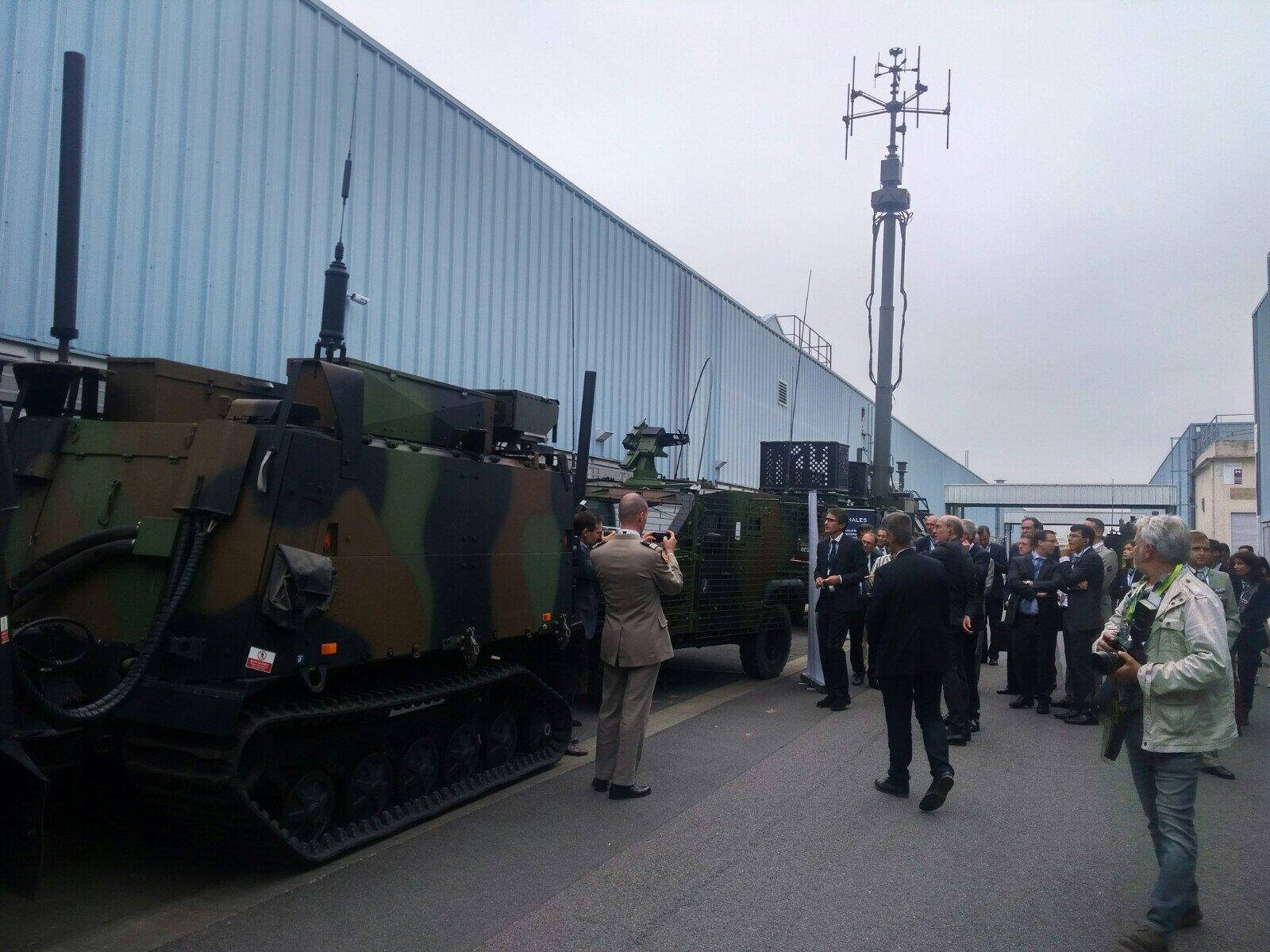 Le DGA, le Major général de l'armée de Terre et le PDG de Thales se font présenter des éléments de guerre électronique des télécommunications sur le site de Cholet