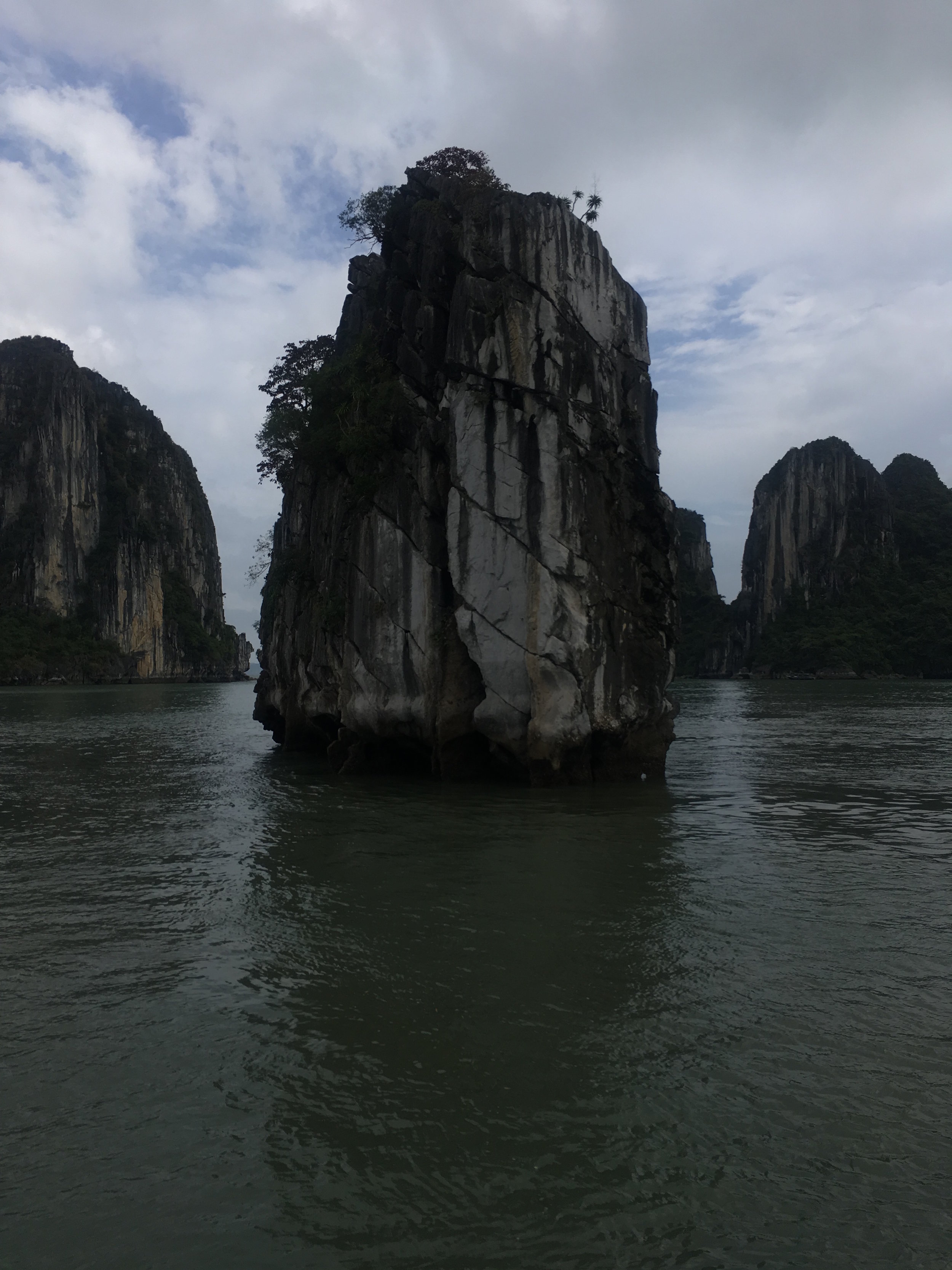 Ha Long Bay has an area of around 1,553 km2, including 1,960–2,000 islets, most of which are limestone