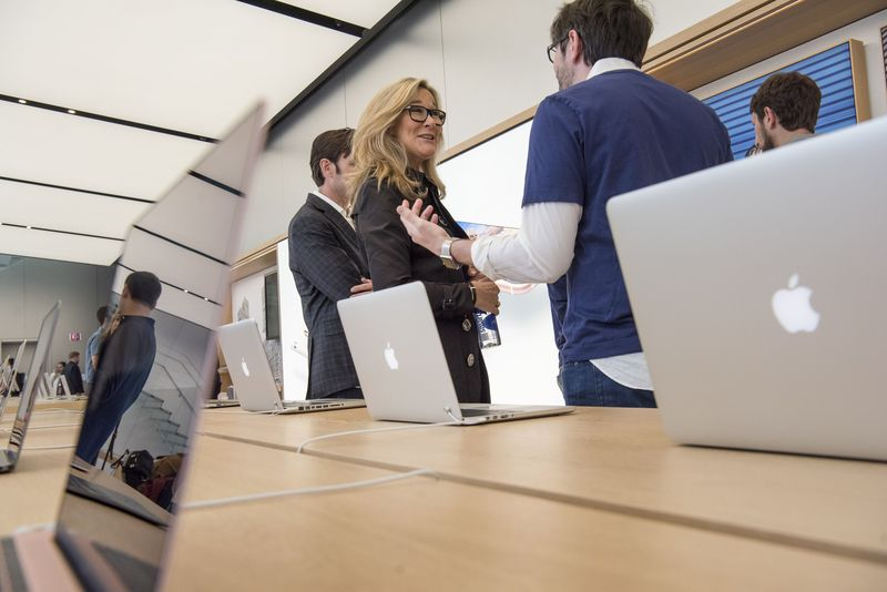 Angela Ahrendts speaks with an employee inside a store in San Francisco on May 19, 2016.  Photographer: David Paul Morris/Bloomberg