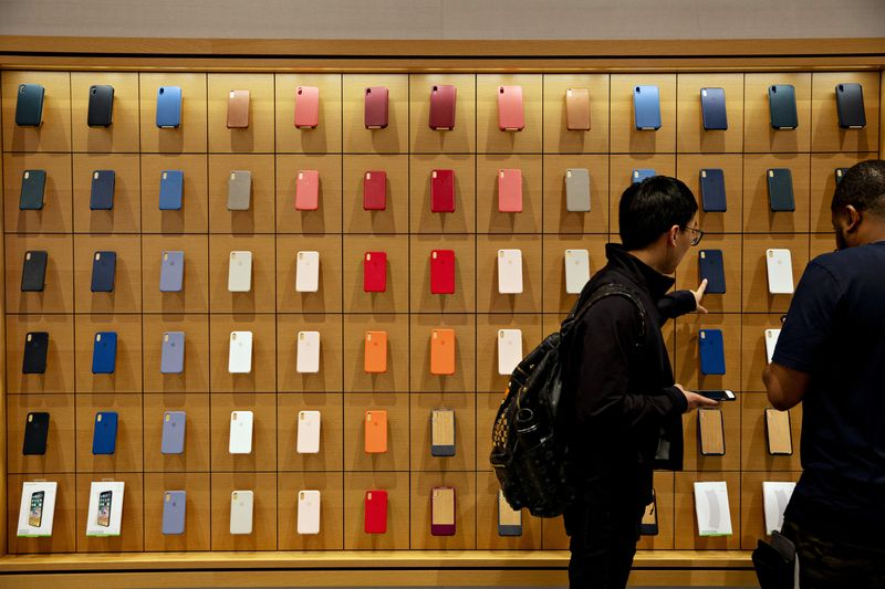 Customers browse Apple phone cases in Chicago.  Photographer: Daniel Acker/Bloomberg