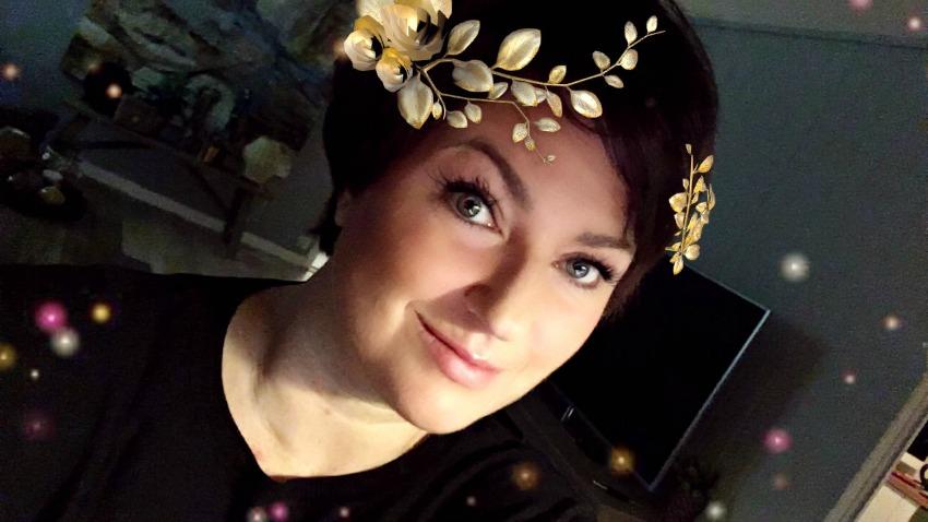 Om det betyr at jeg vil ha blomsterkrans på hodet på et bilde, vel så har jeg det. FERDIG snakka.