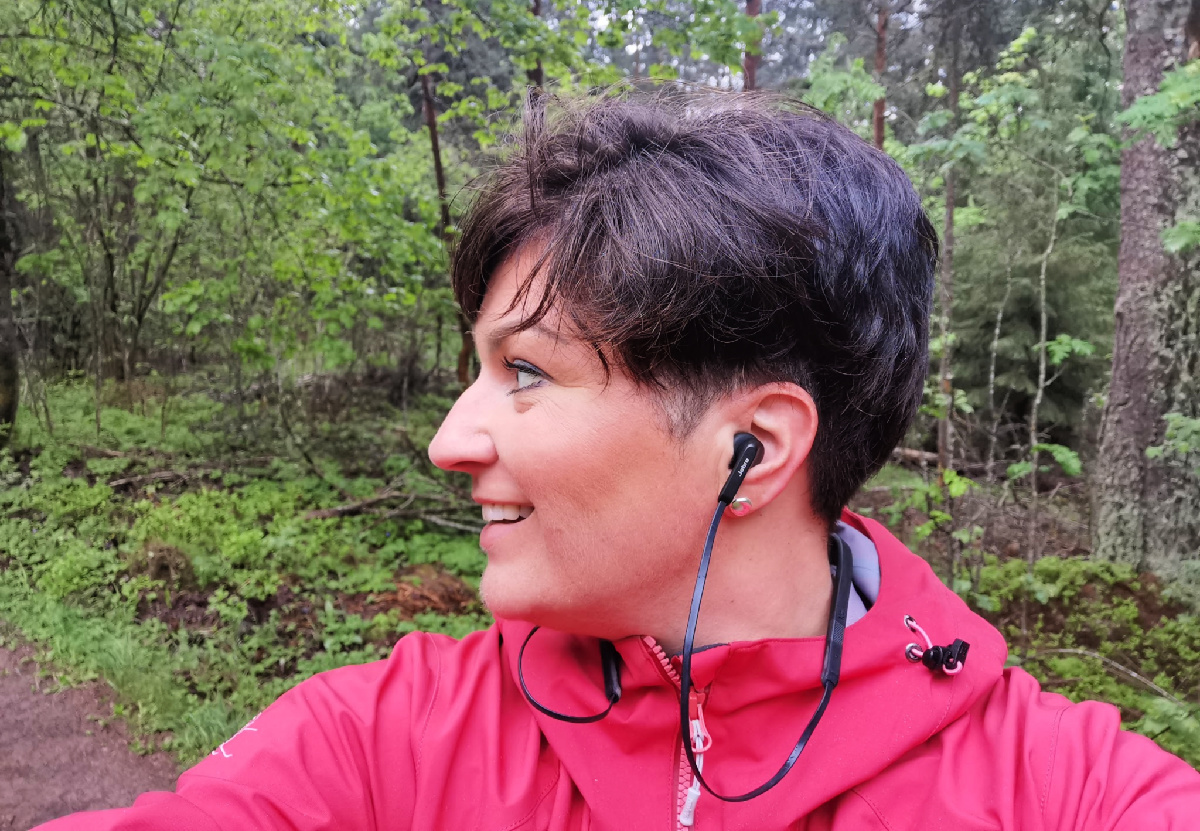 Rolig musikk på ørene og skogen.