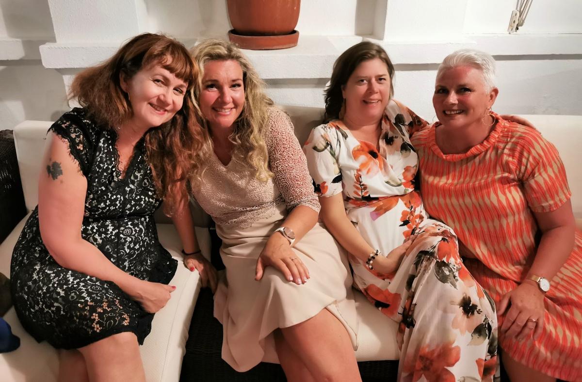 Vakre damer samlet på slutten av kvelden