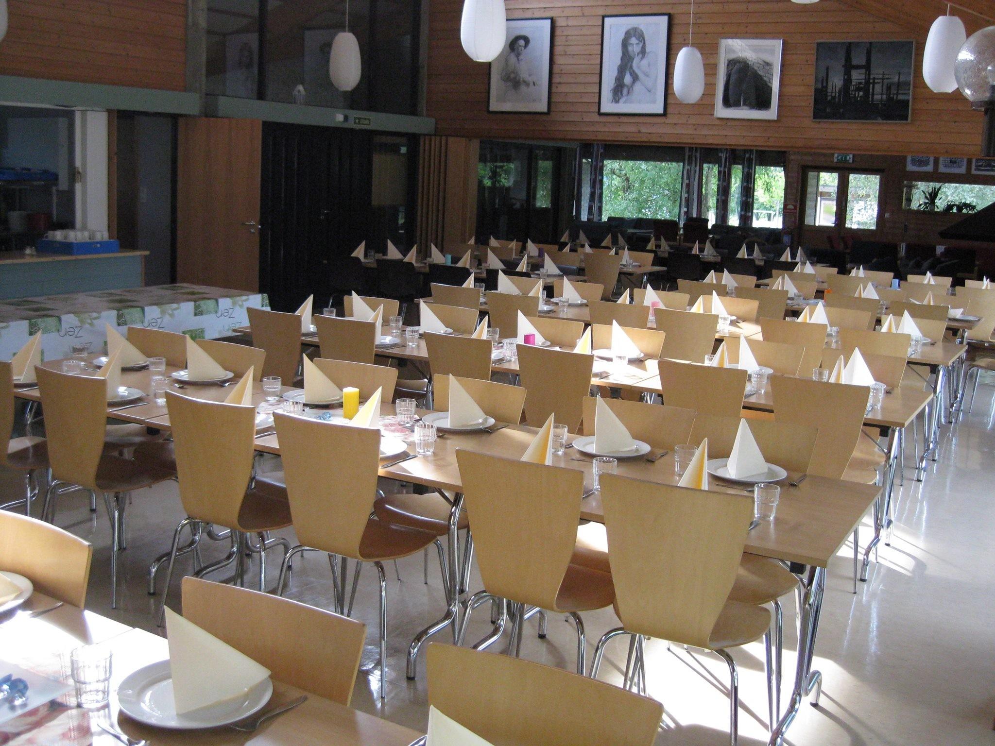 Matsalen - Fjordane folkehøgskule har eit særeige preg med eit hovudbygg og 9 paviljongar med plass til 10 elevar på kvar. Anlegget er arkitekttegnet og er holdt i stilen.I hovudbygget finn du matsalen, der du et frukost, middag og kvelds i lag med dei andre elevane på skulen. Du smør niste til lunsj, men kvar fredag har vi felleslunsj med både elevane og personalet. Her kan du også kose deg med ein kopp kaffi frå kaffimaskina vår eller ta deg ein kopp te.